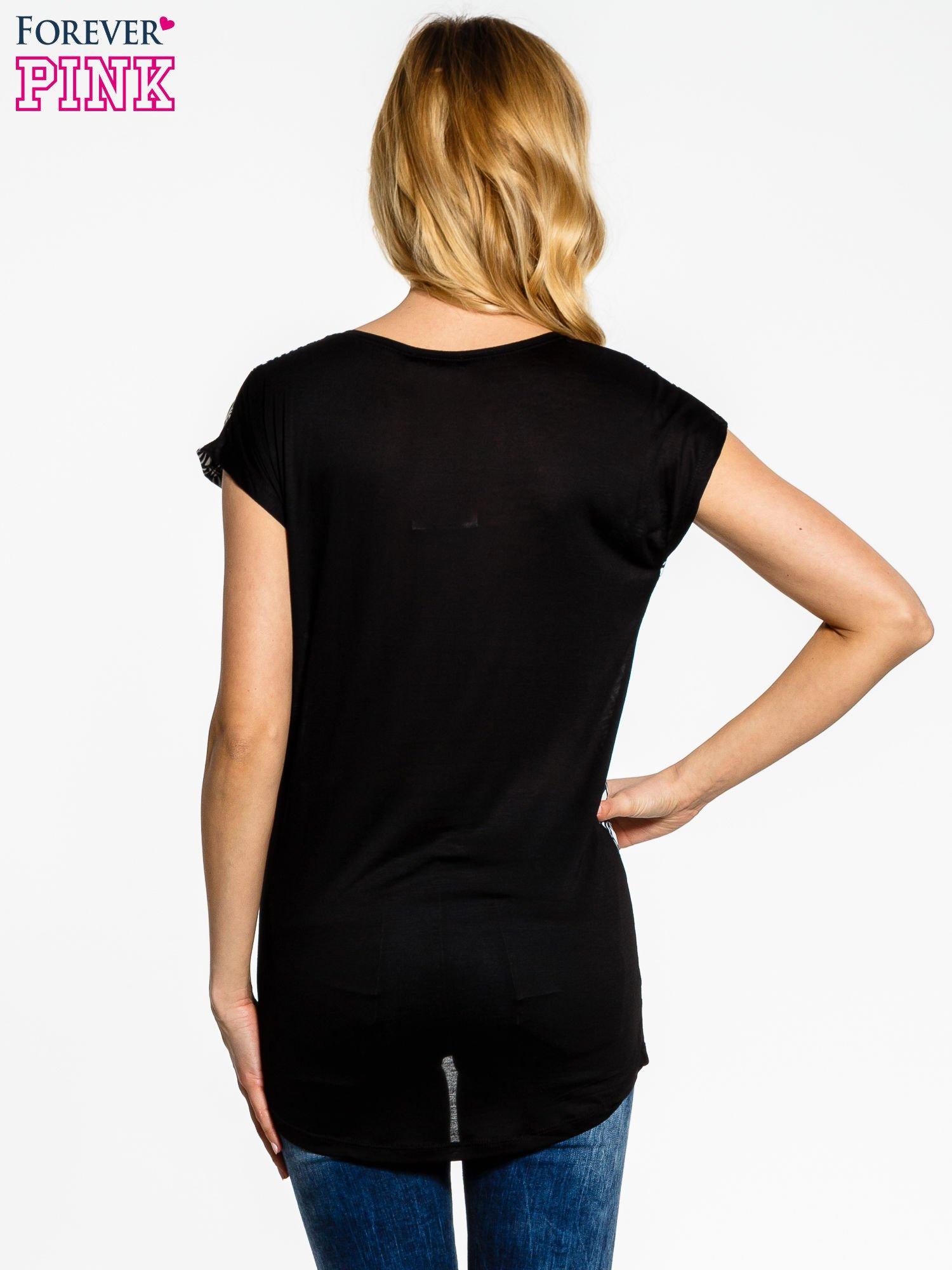Czarno-biały t-shirt we wzory op-art                                  zdj.                                  2