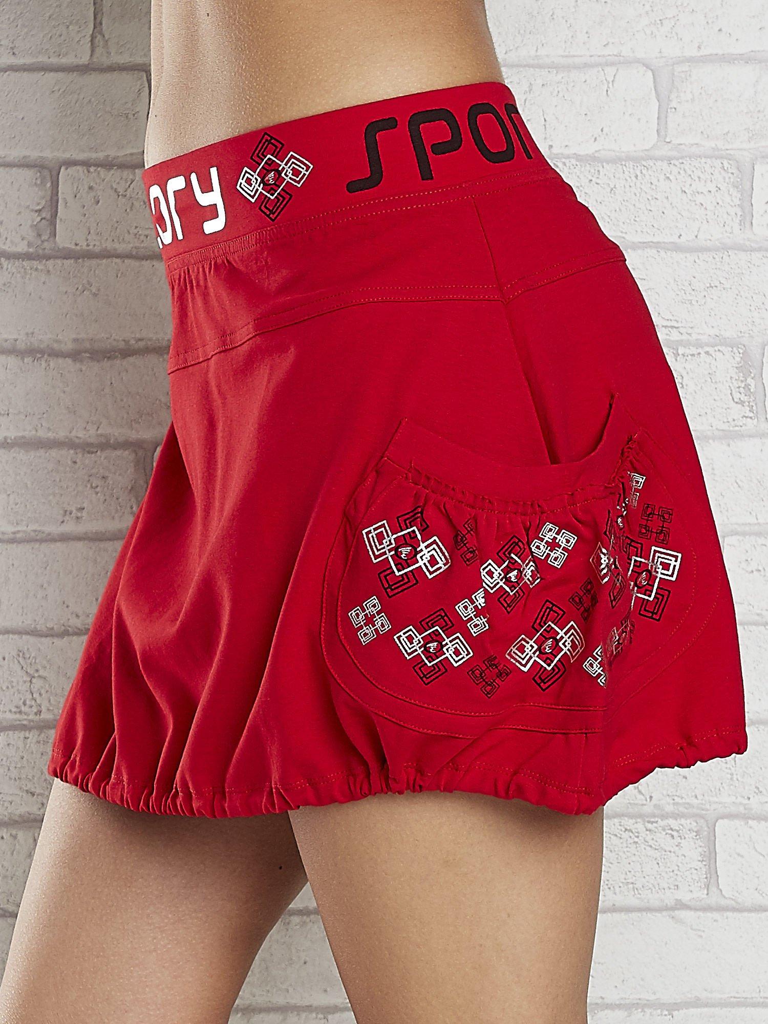 Czarno-czerwona spódnica dresowa z nadrukami i troczkiem na dole                                  zdj.                                  5