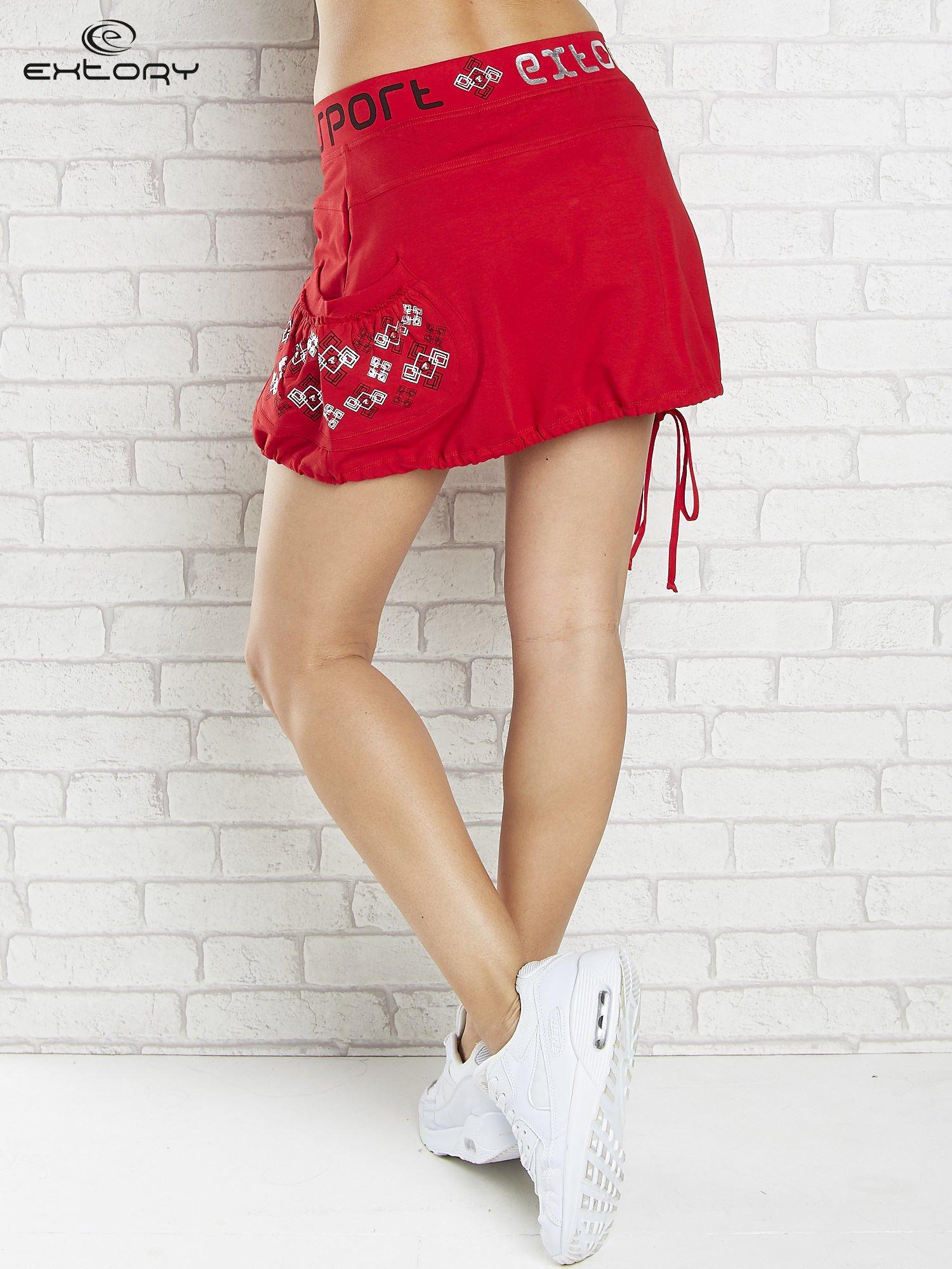 Czarno-czerwona spódnica dresowa z nadrukami i troczkiem na dole                                  zdj.                                  2