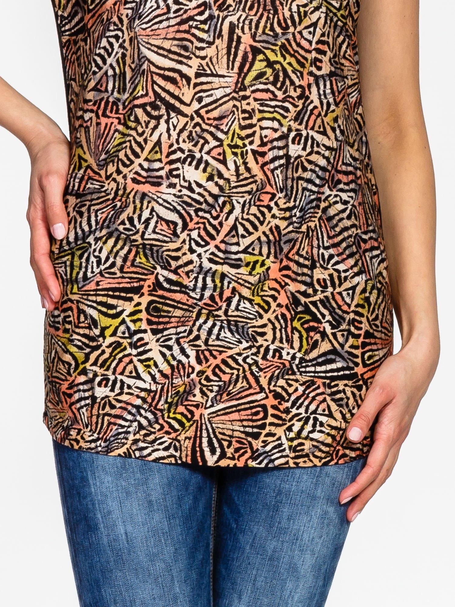 Czarno-koralowy t-shirt w graficzne wzory                                  zdj.                                  6