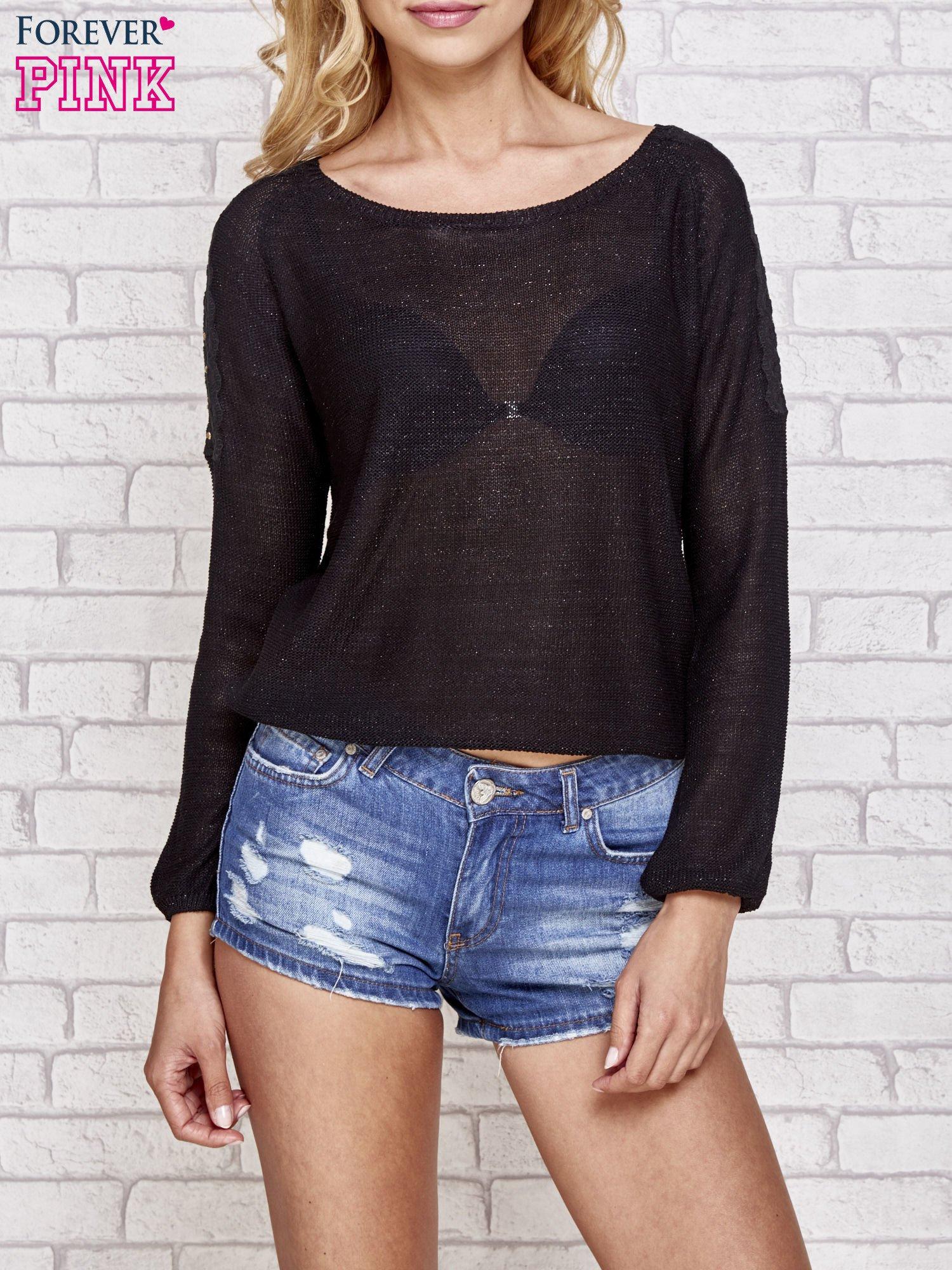 Czarny błyszczący sweter z koronkowymi wstawkami                                  zdj.                                  1