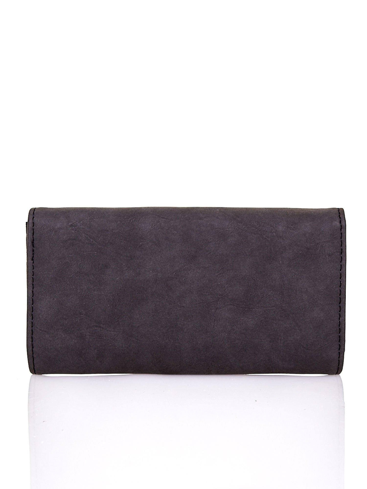 Czarny fakturowany portfel ze stylizowanym zapięciem                                   zdj.                                  2