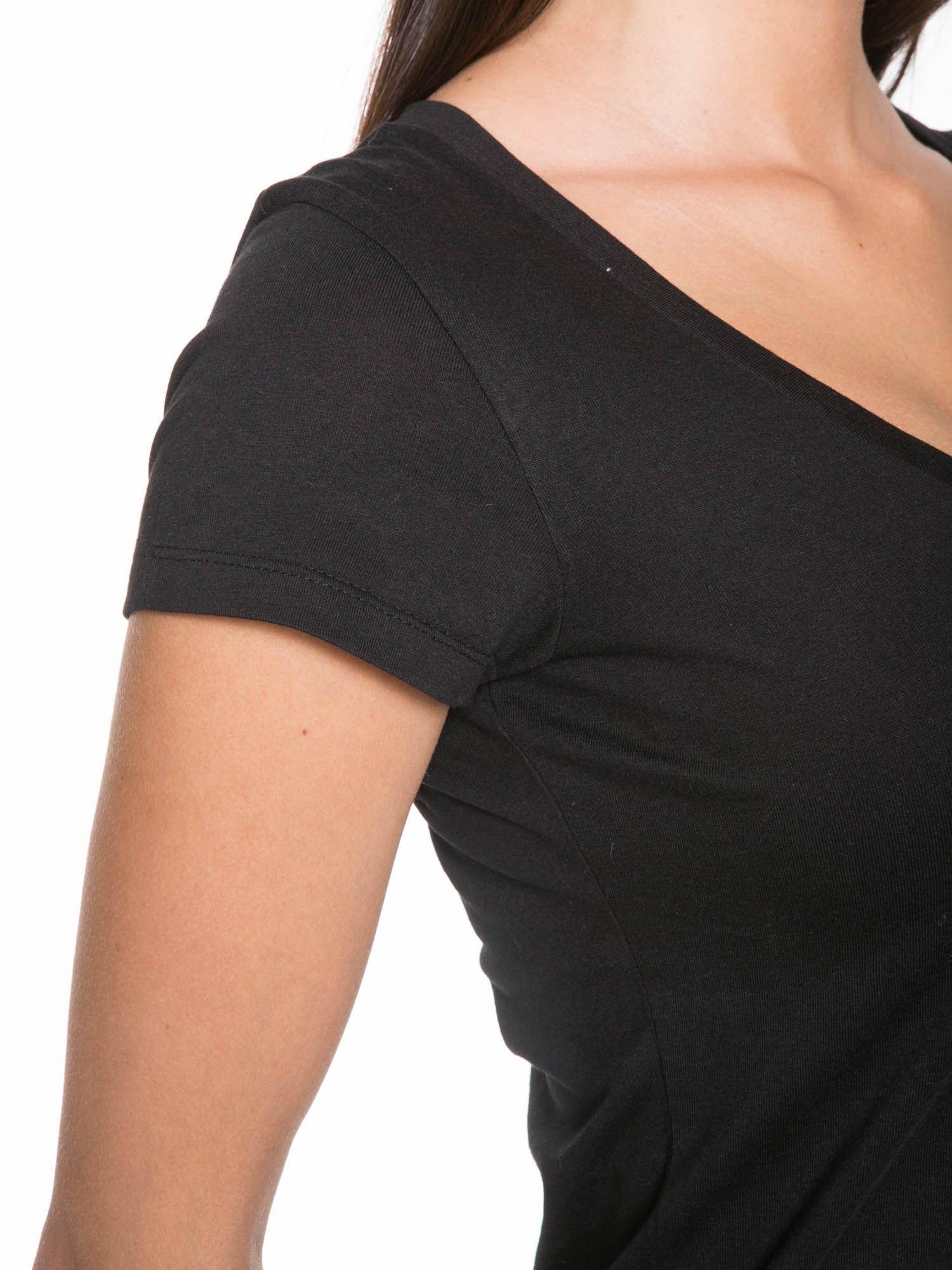 Czarny gładki t-shirt z dekoltem w serek                                  zdj.                                  6