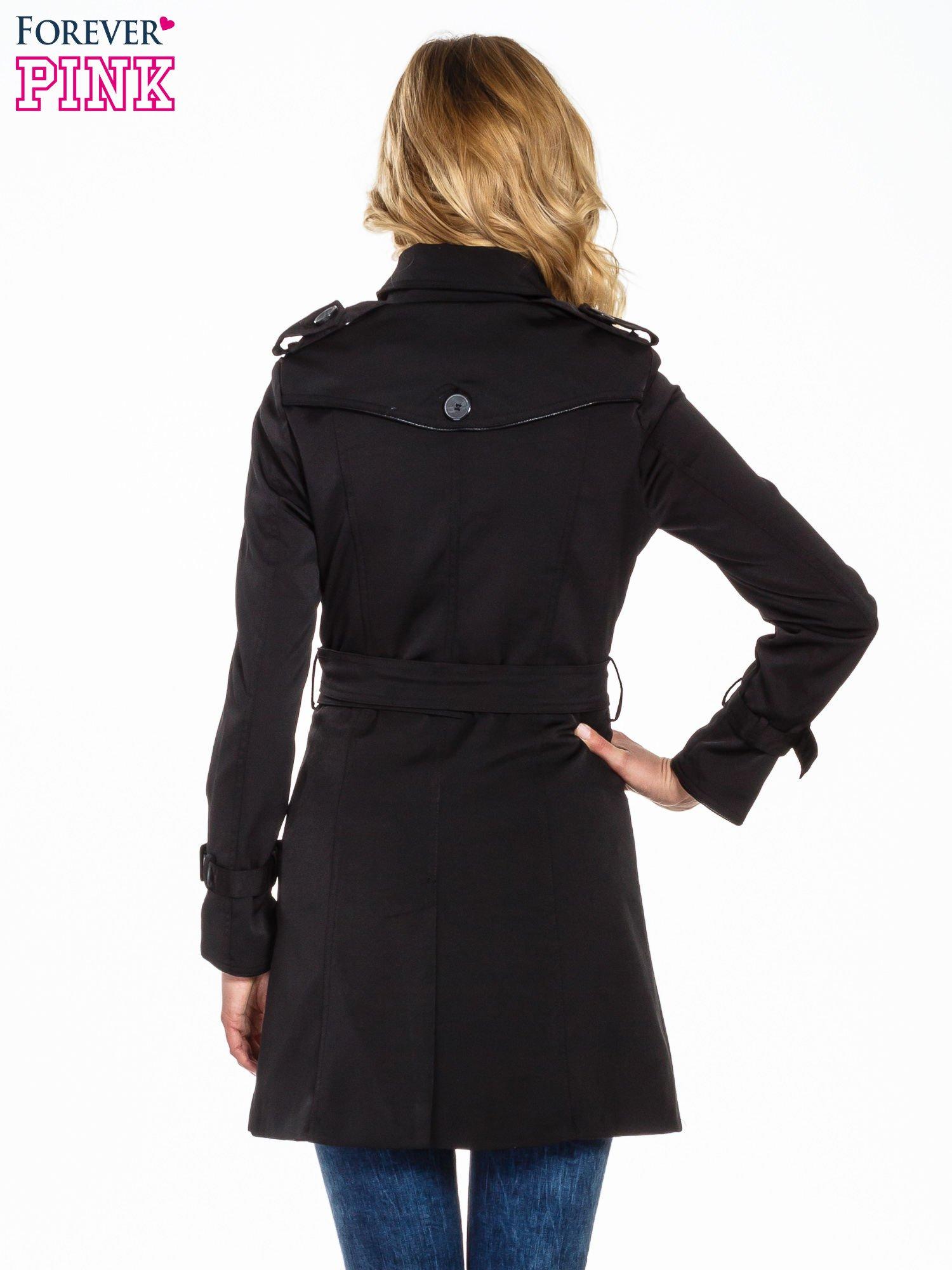 Czarny klasyczny płaszcz trencz ze skórzanym obszyciem                                  zdj.                                  4