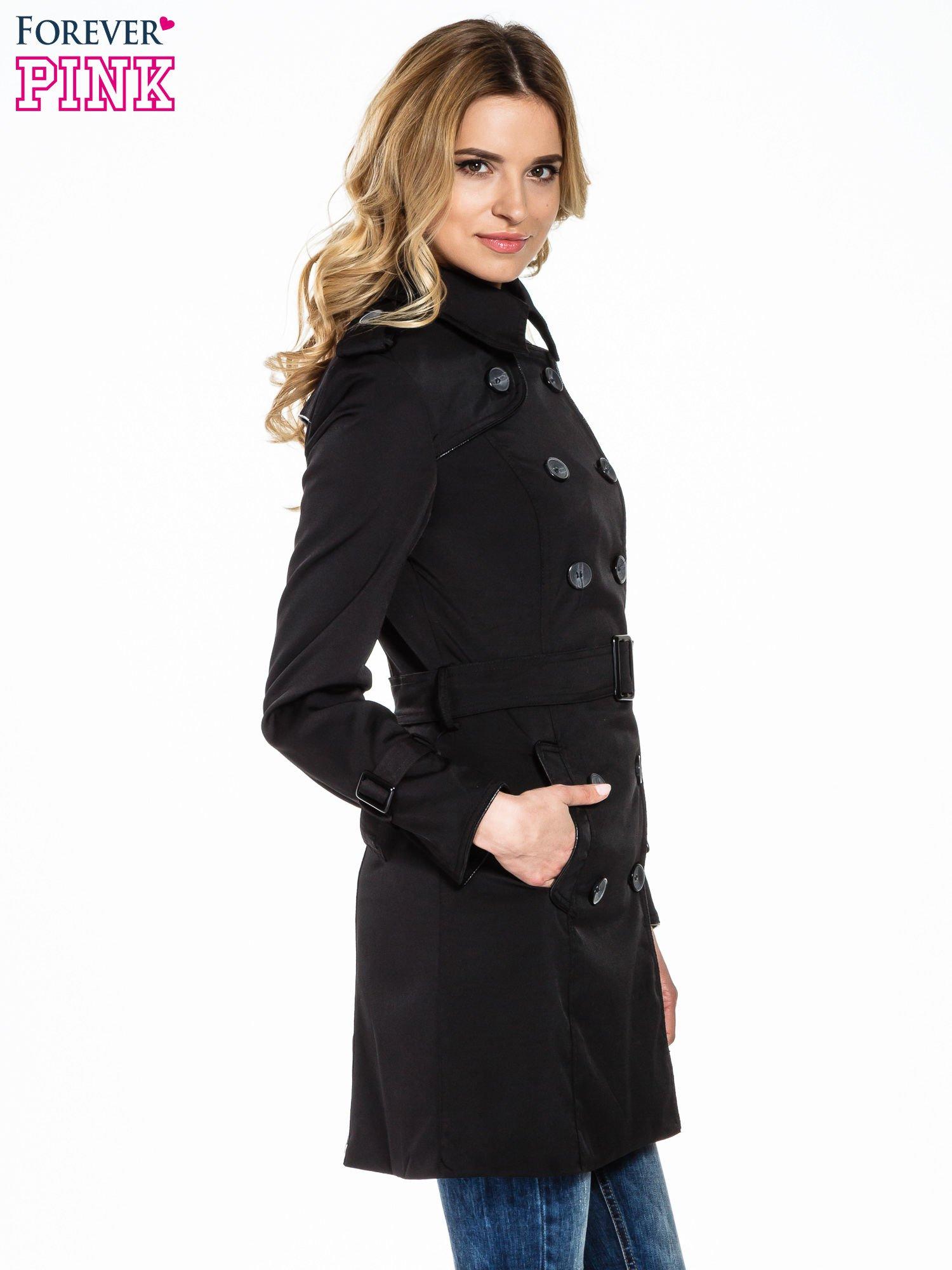 Czarny klasyczny płaszcz trencz ze skórzanym obszyciem                                  zdj.                                  3