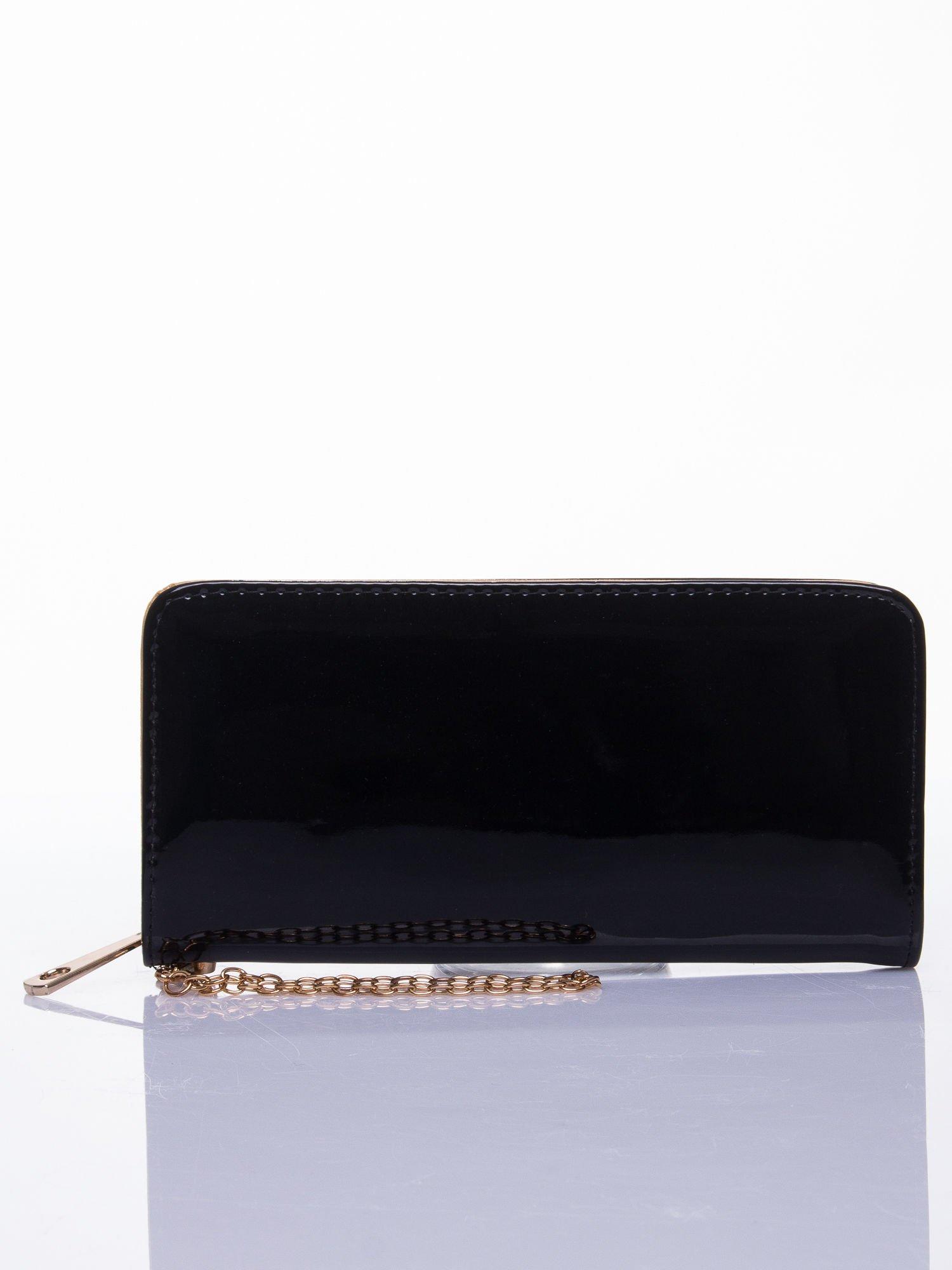 Czarny lakierowany portfel z odpinanym złotym łańcuszkiem                                  zdj.                                  1