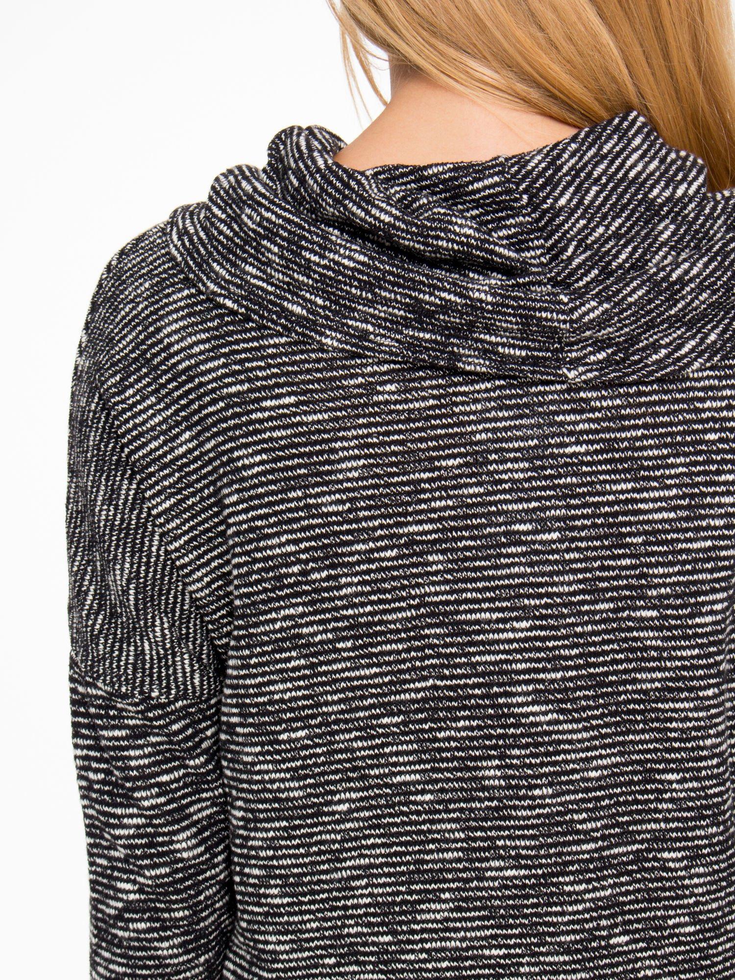 Czarny melanżowy sweter z ozdobnym kołnierzogolfem                                  zdj.                                  7