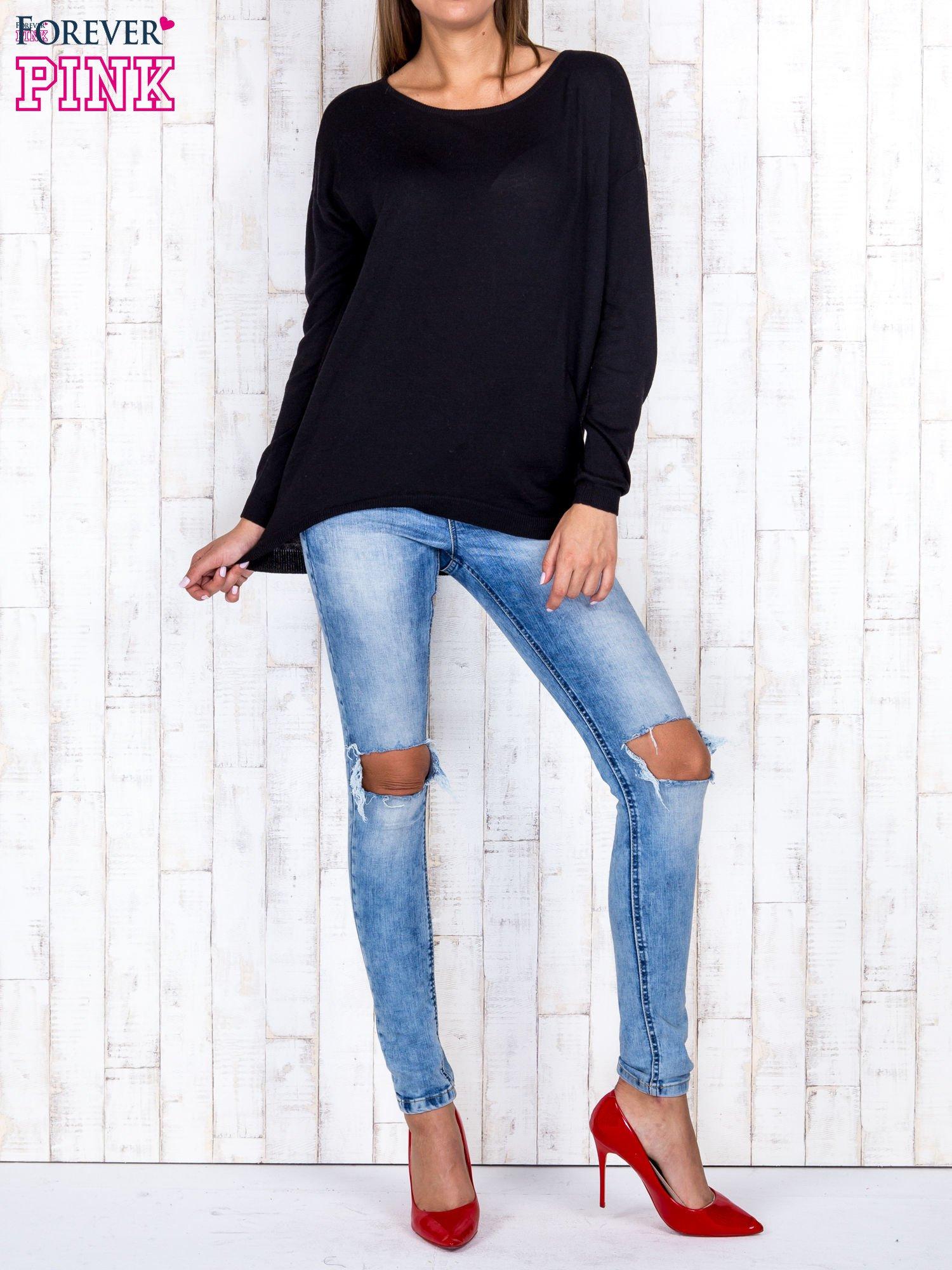 Czarny nietoperzowy sweter oversize z dłuższym tyłem                                  zdj.                                  2