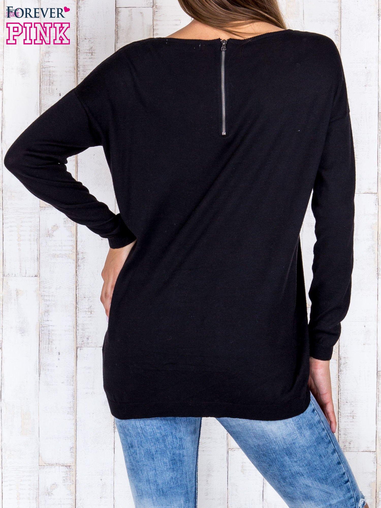 Czarny nietoperzowy sweter oversize z dłuższym tyłem                                  zdj.                                  4