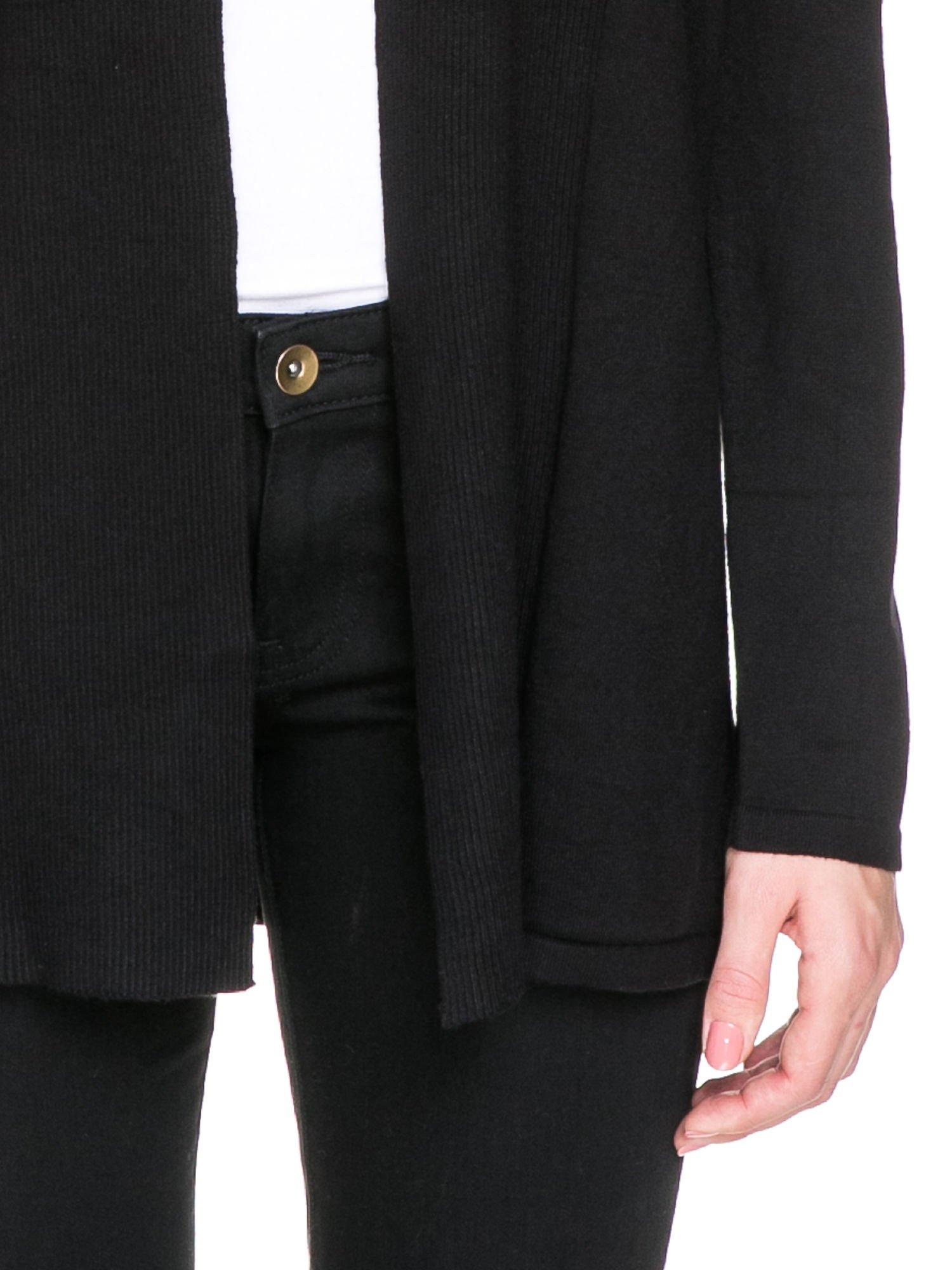 Czarny otwarty sweter kardigan z prążkowanym kołnierzem                                  zdj.                                  7