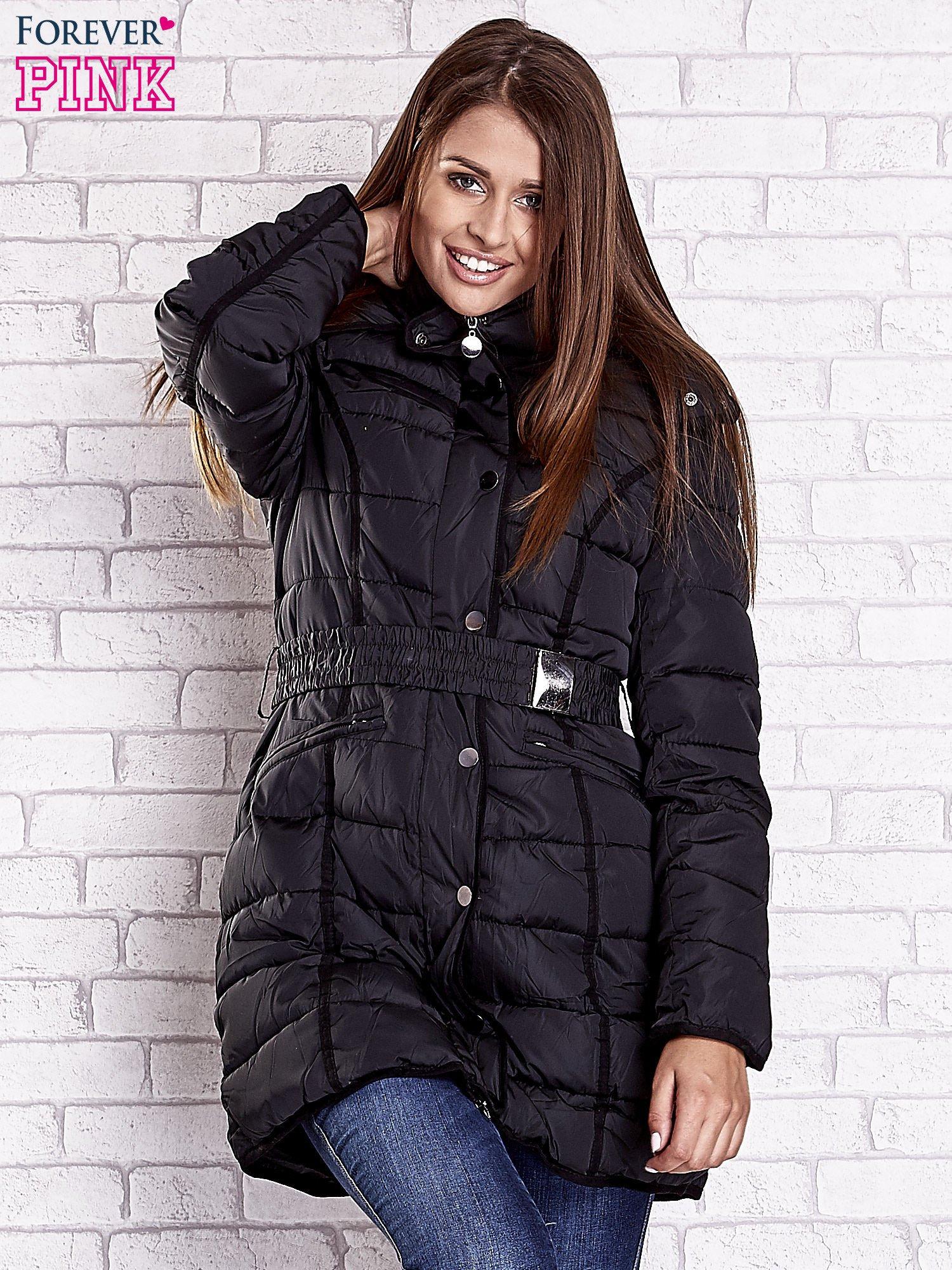 Czarny pikowany płaszcz z paskiem                                  zdj.                                  4