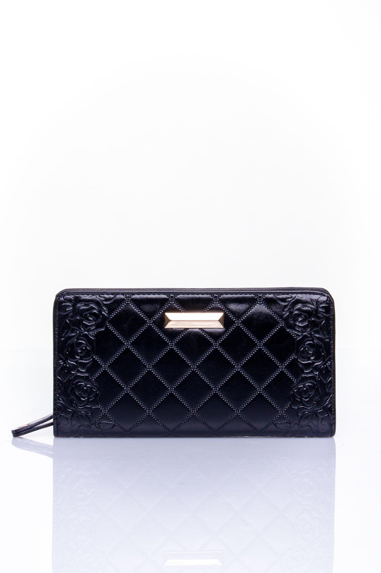 Czarny pikowany portfel z kwiatowym tłoczeniem                                  zdj.                                  1