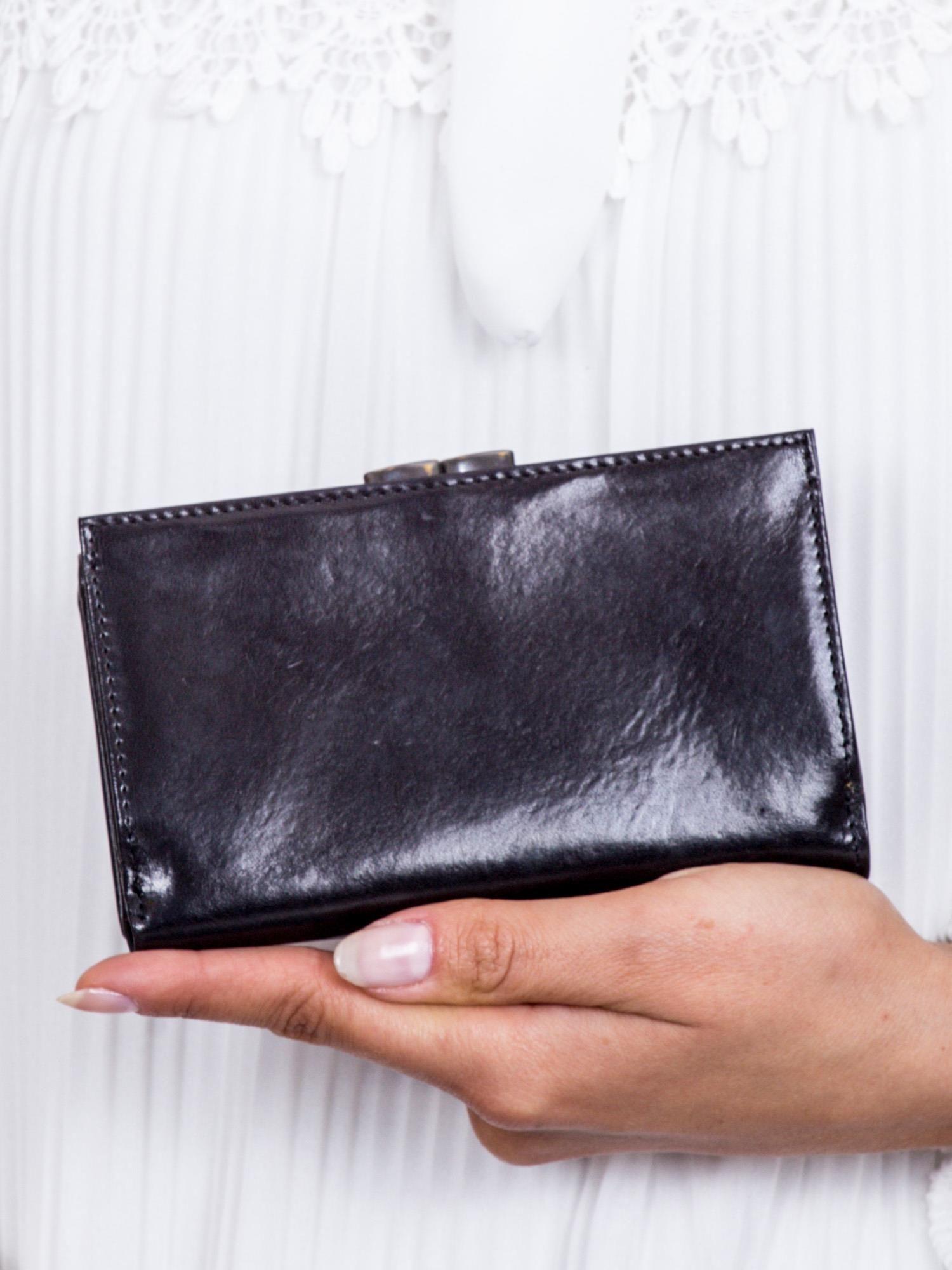 526b4111b5e92 Czarny portfel damski z tłoczeniem - Akcesoria portfele - sklep eButik.pl