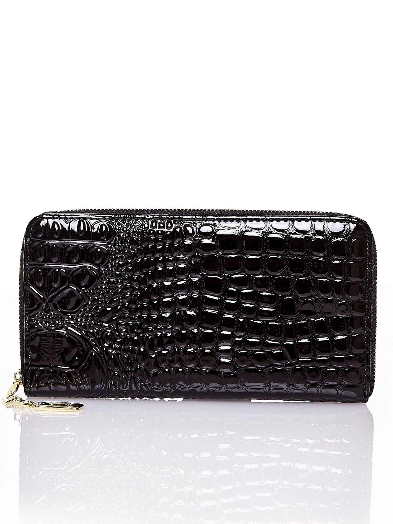 Czarny portfel kopertówka z motywem skóry krokodyla                                  zdj.                                  1