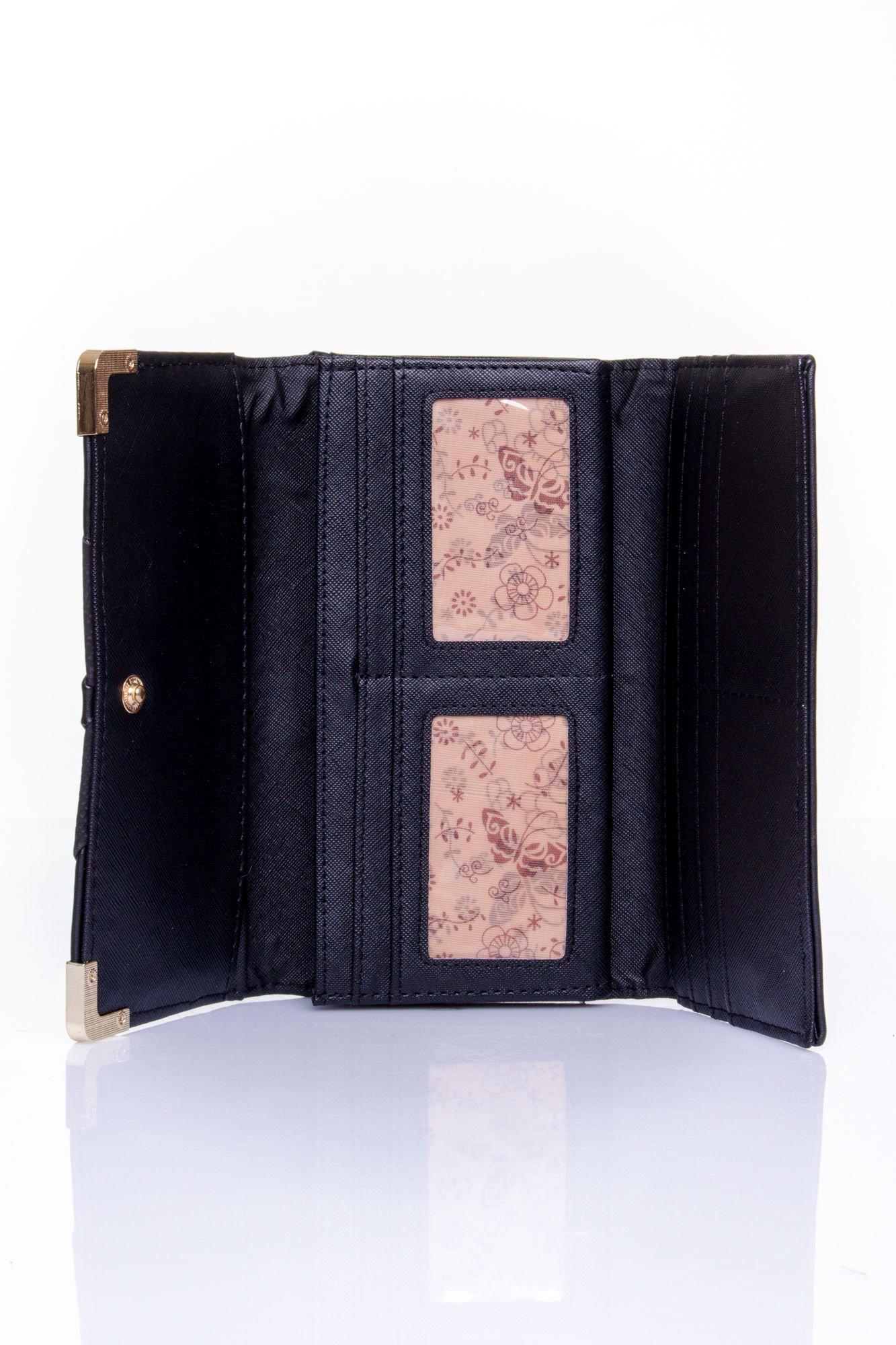 Czarny portfel z ozdobnym detalem i złotymi okuciami                                  zdj.                                  4