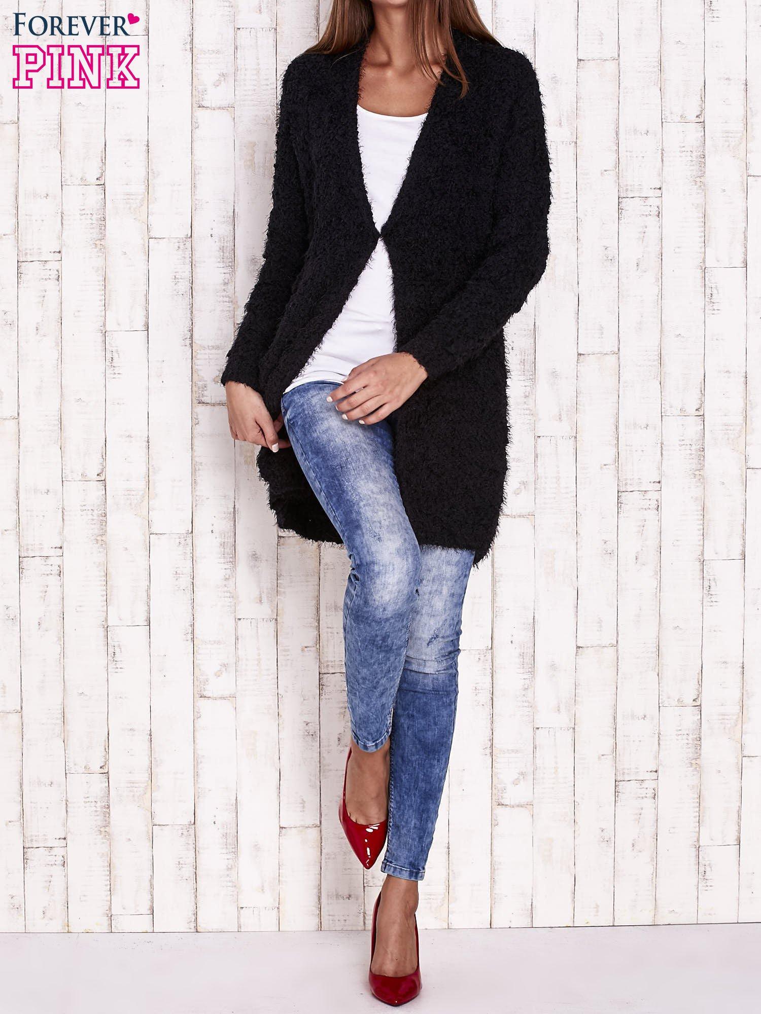 Czarny puchaty sweter z otwartym dekoltem                                  zdj.                                  2