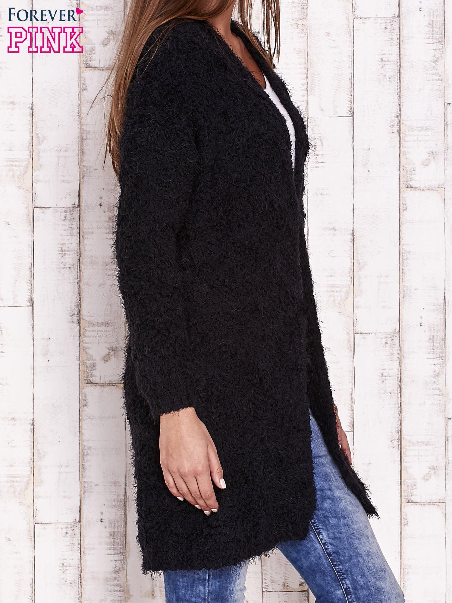 Czarny puchaty sweter z otwartym dekoltem                                  zdj.                                  3