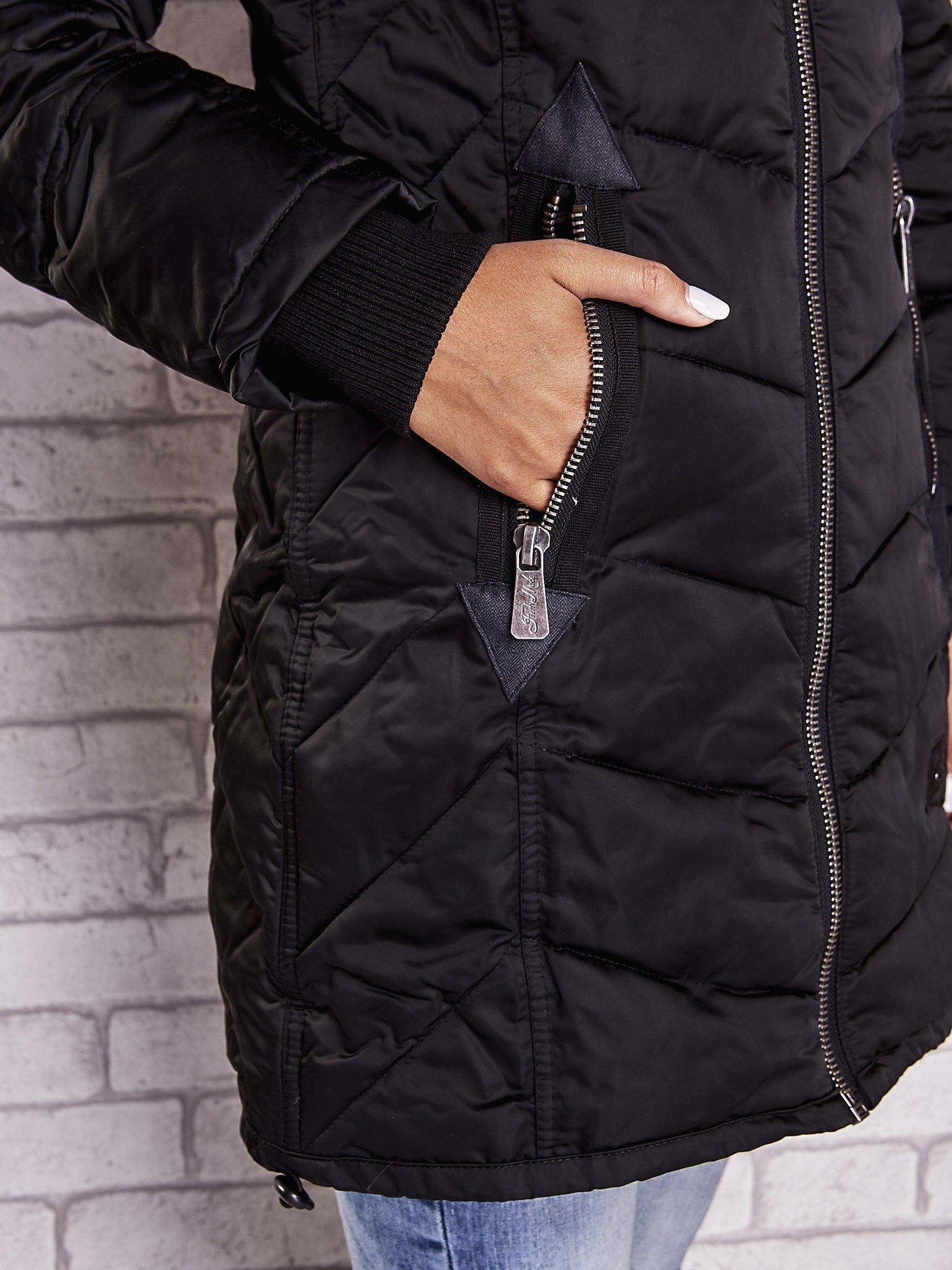 Czarny puchowy płaszcz z polarowym kołnierzem                                  zdj.                                  6