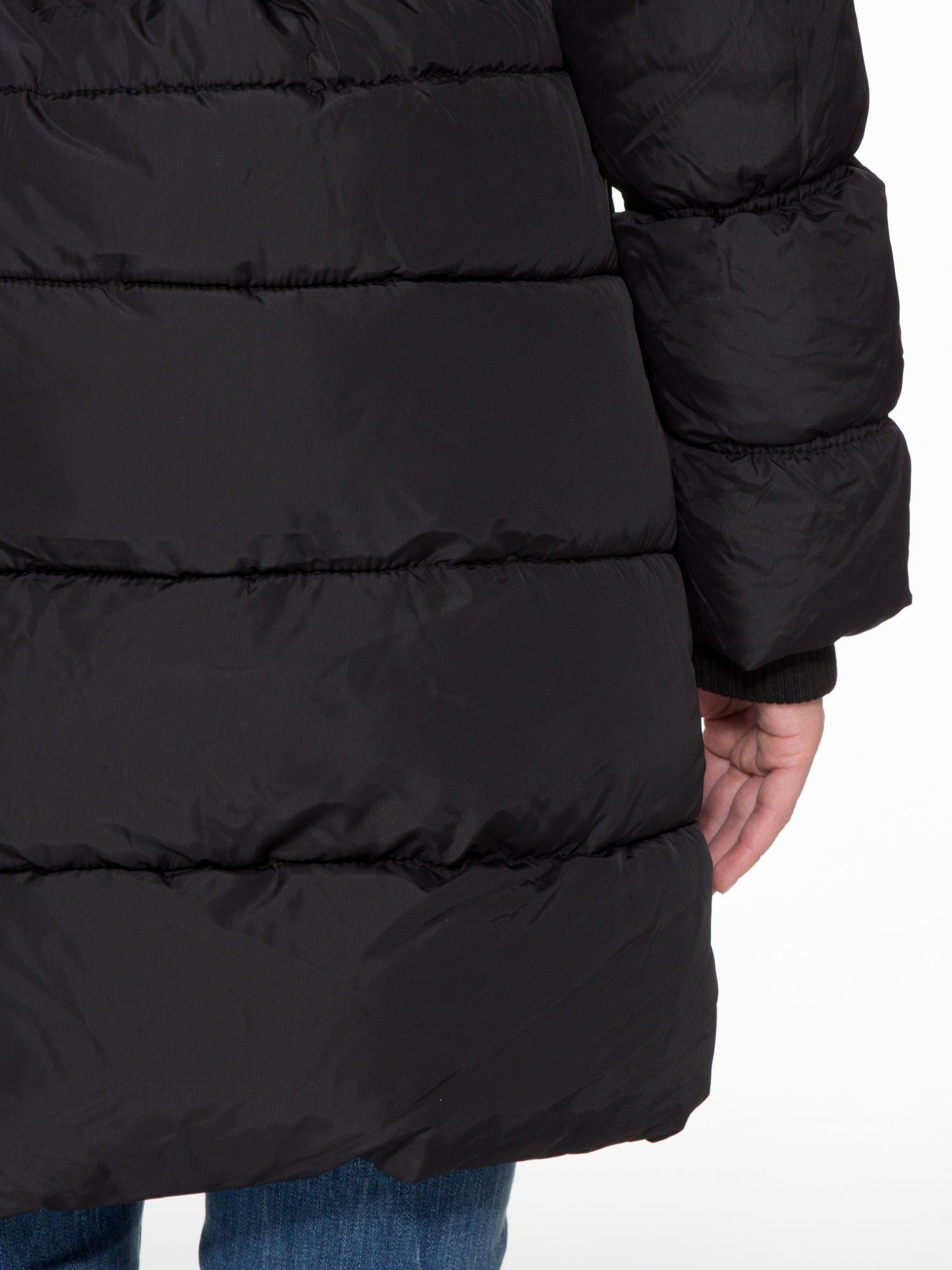 Czarny puchowy płaszcz zapinany na pasek z klamrą                                  zdj.                                  10
