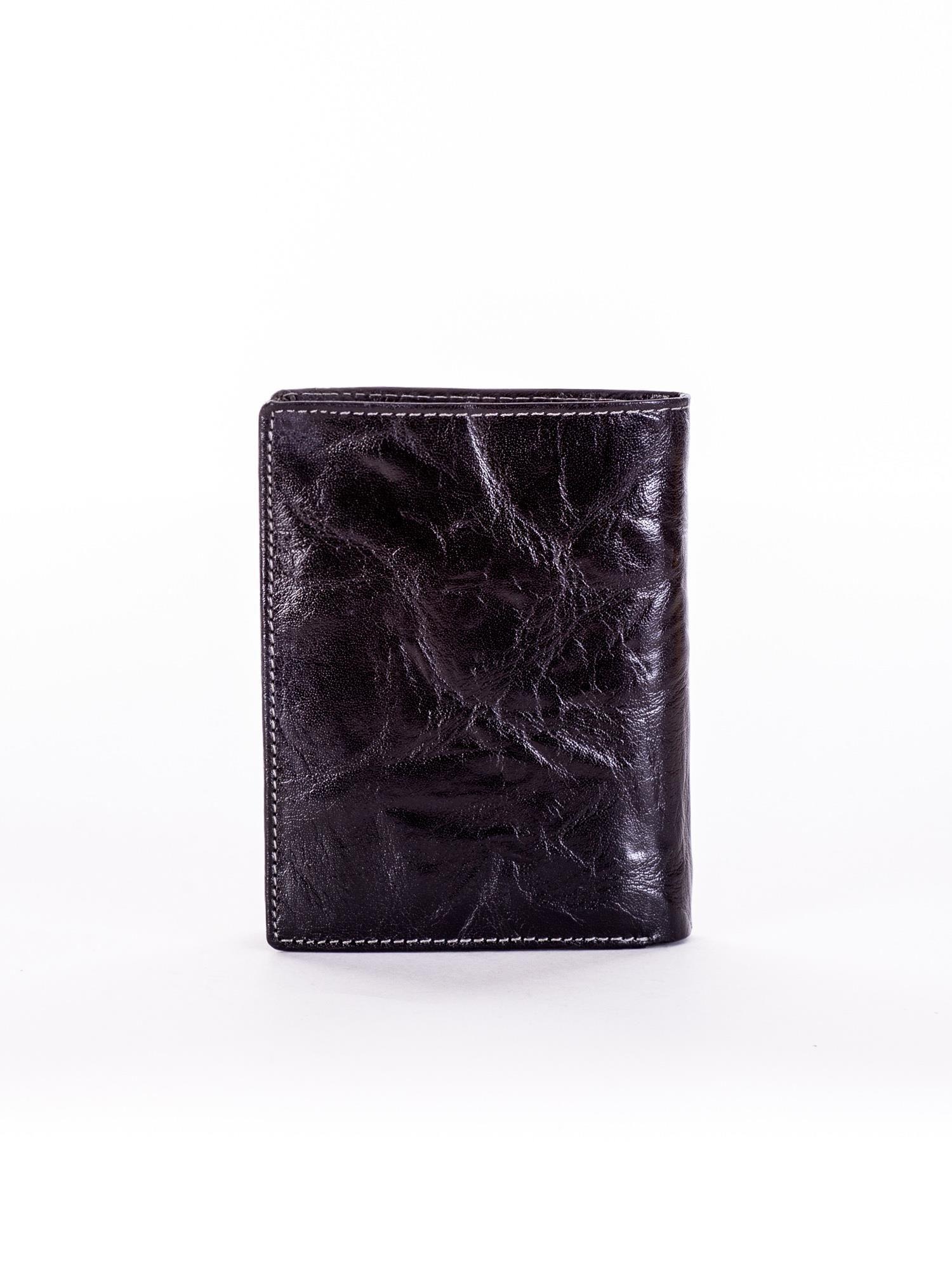 84fb6fb30e2c7 Czarny skórzany portfel męski z tłoczonym emblematem - Mężczyźni portfel  męski - sklep eButik.pl