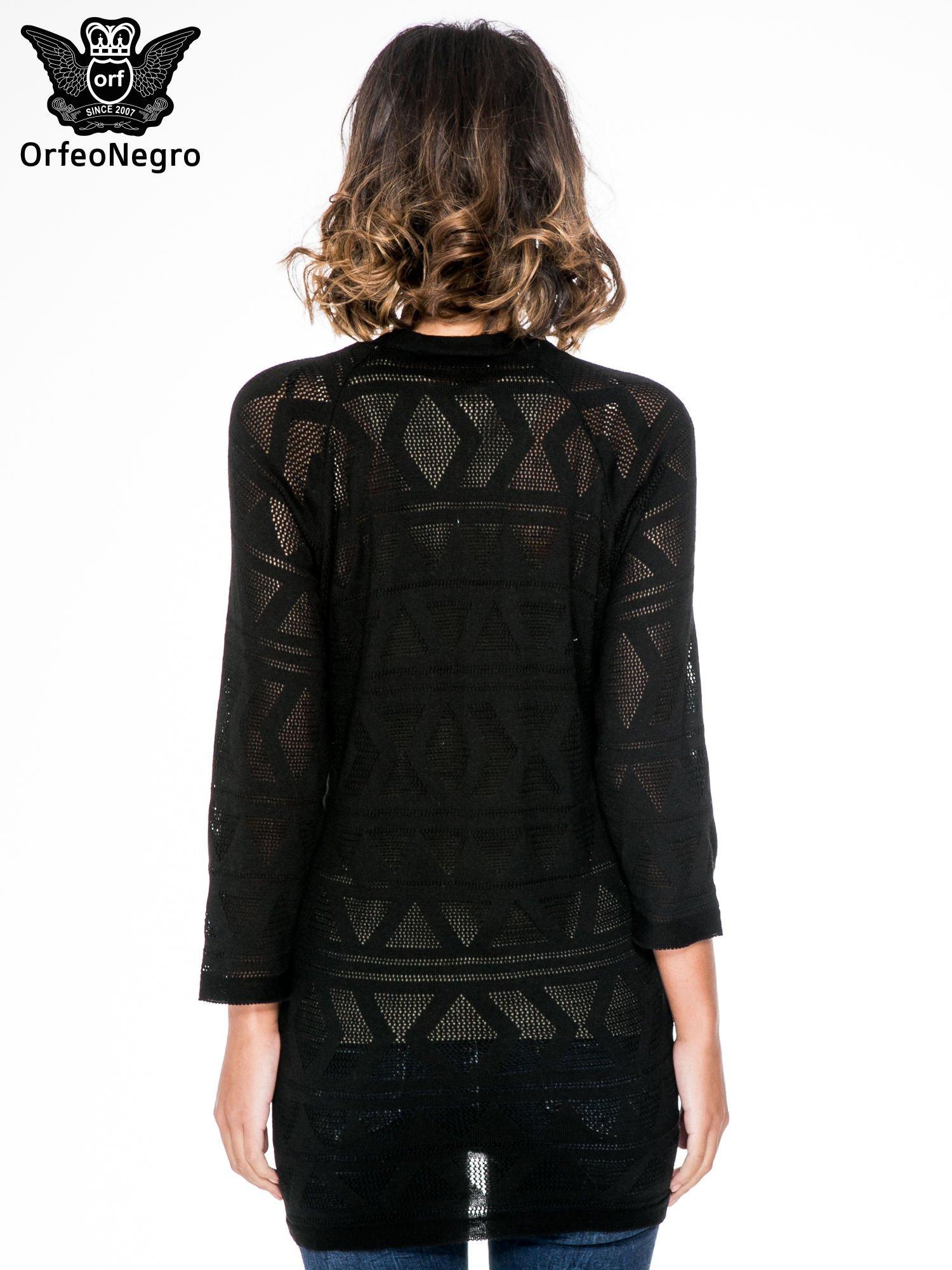 Czarny sweter narzutka o geometrycznym splocie                                  zdj.                                  4