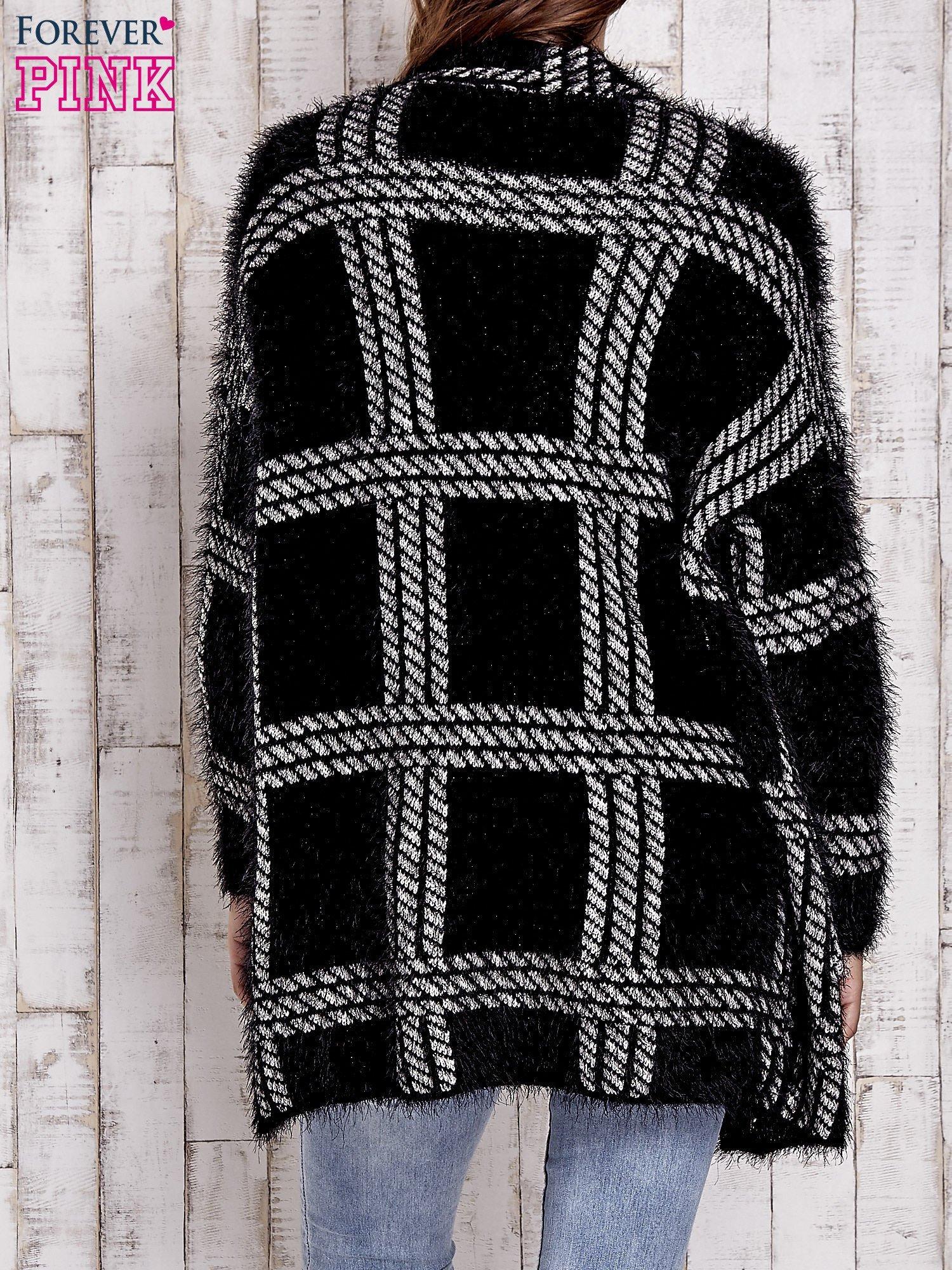 Czarny sweter w kratę z kieszeniami                                  zdj.                                  4