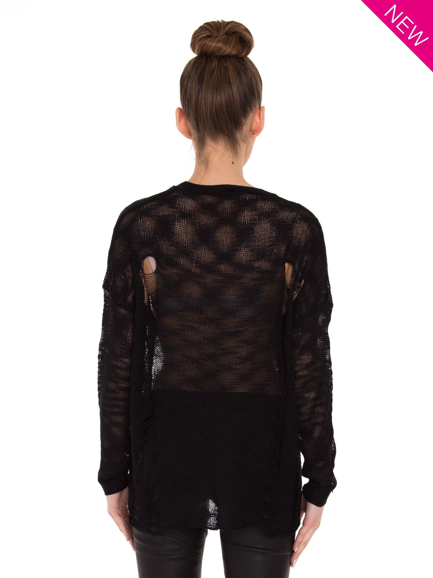 Czarny sweter z nadrukiem i efektem destroyed                                   zdj.                                  3