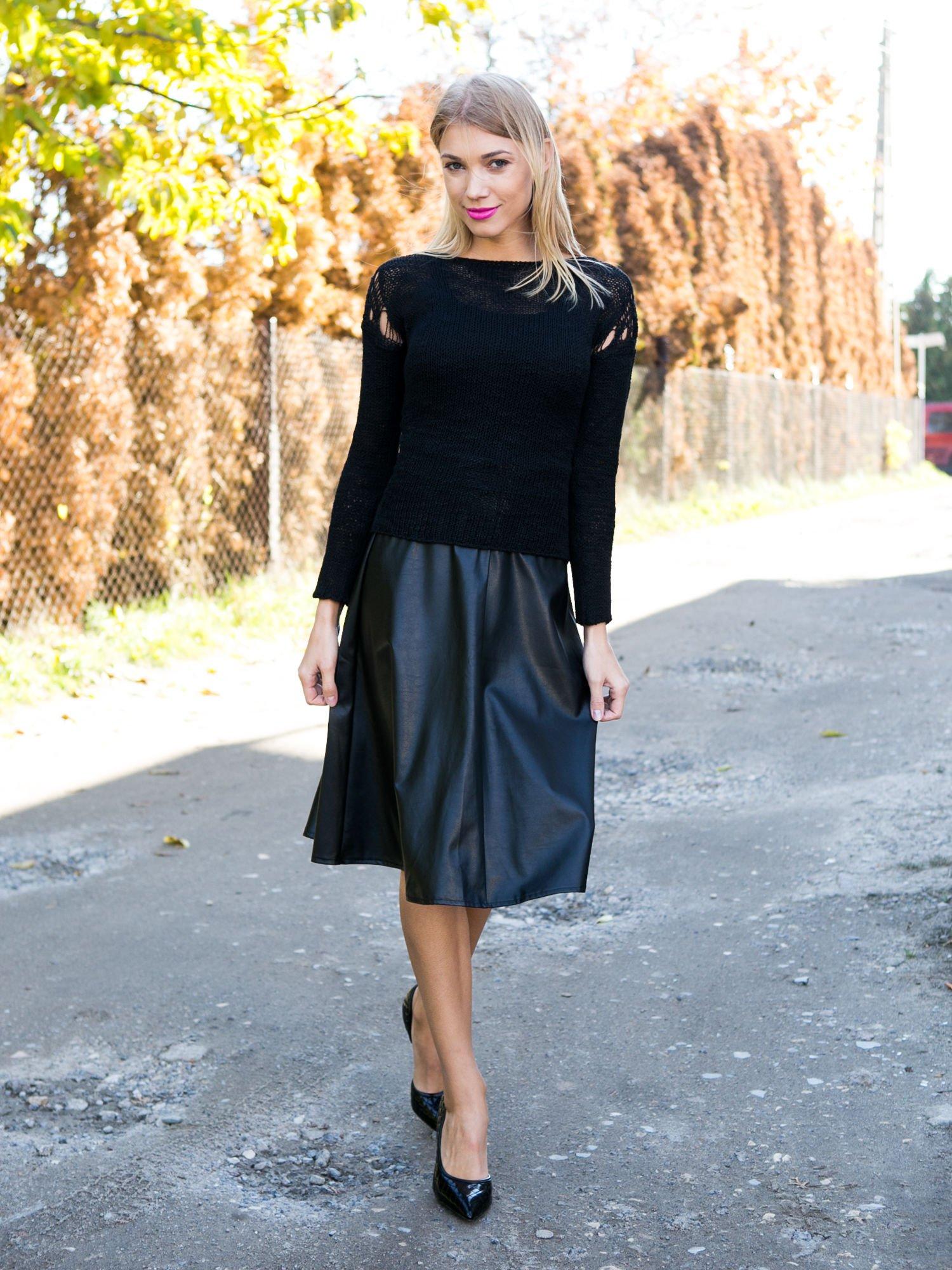 Czarny sweter z oczkami przy ramionach                                  zdj.                                  10