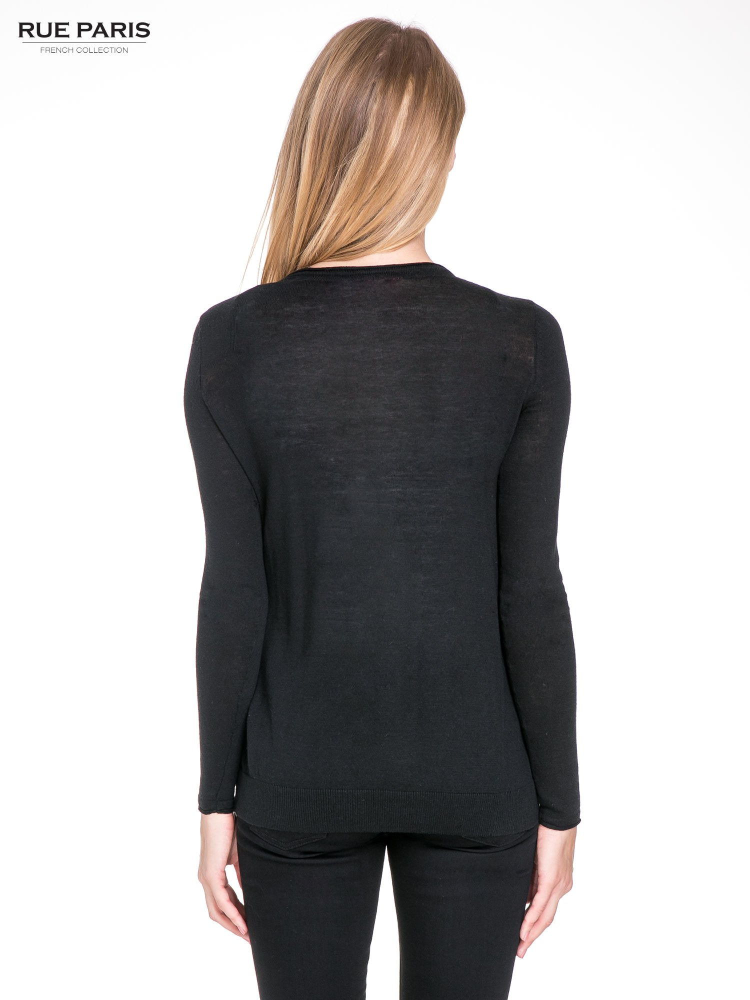 Czarny sweterek kardigan o kaskadowym fasonie                                  zdj.                                  2