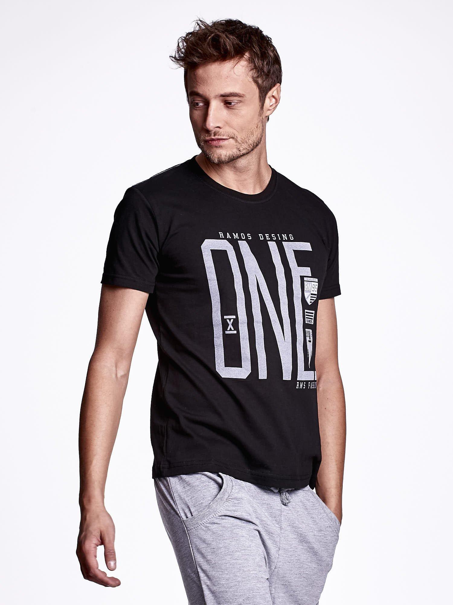 Czarny t-shirt męski z nadrukiem i napisem ONE                                  zdj.                                  3