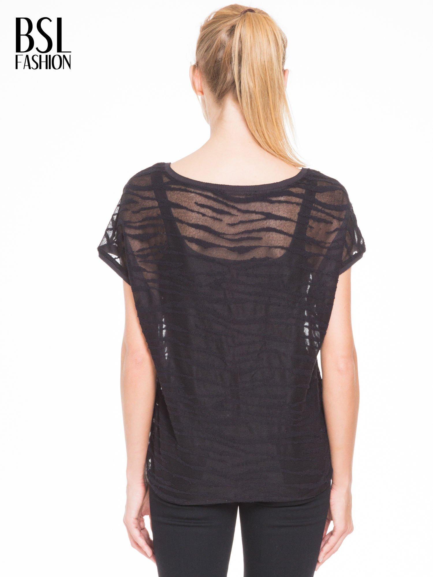 Czarny t-shirt mgiełka we wzór animal print                                  zdj.                                  4
