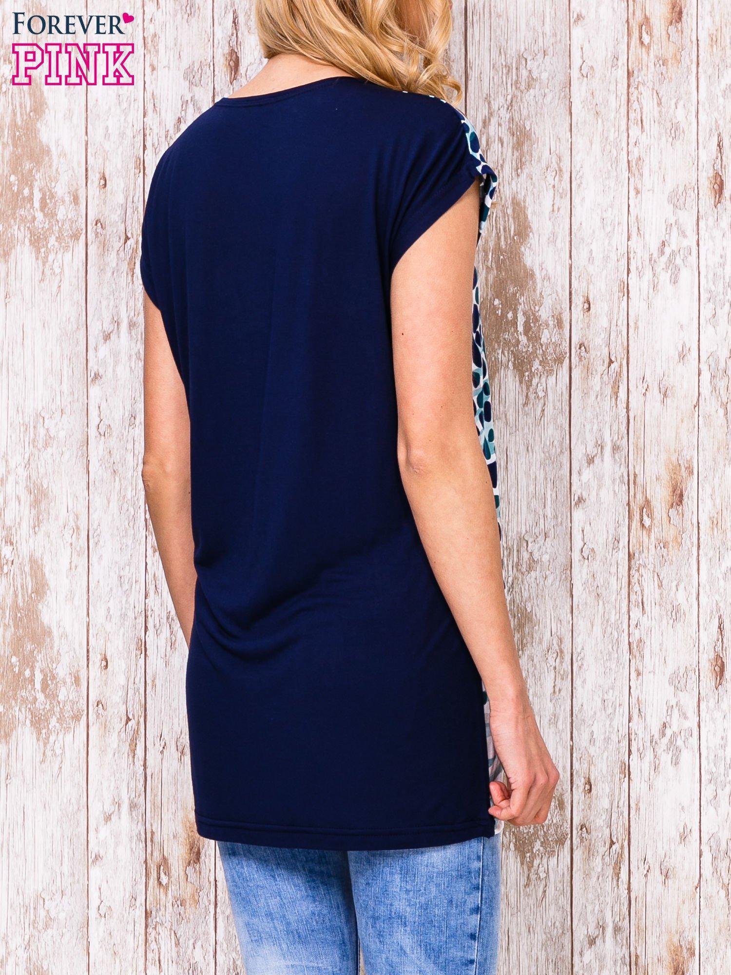 Czarny t-shirt w niebieskie ciapki                                  zdj.                                  4