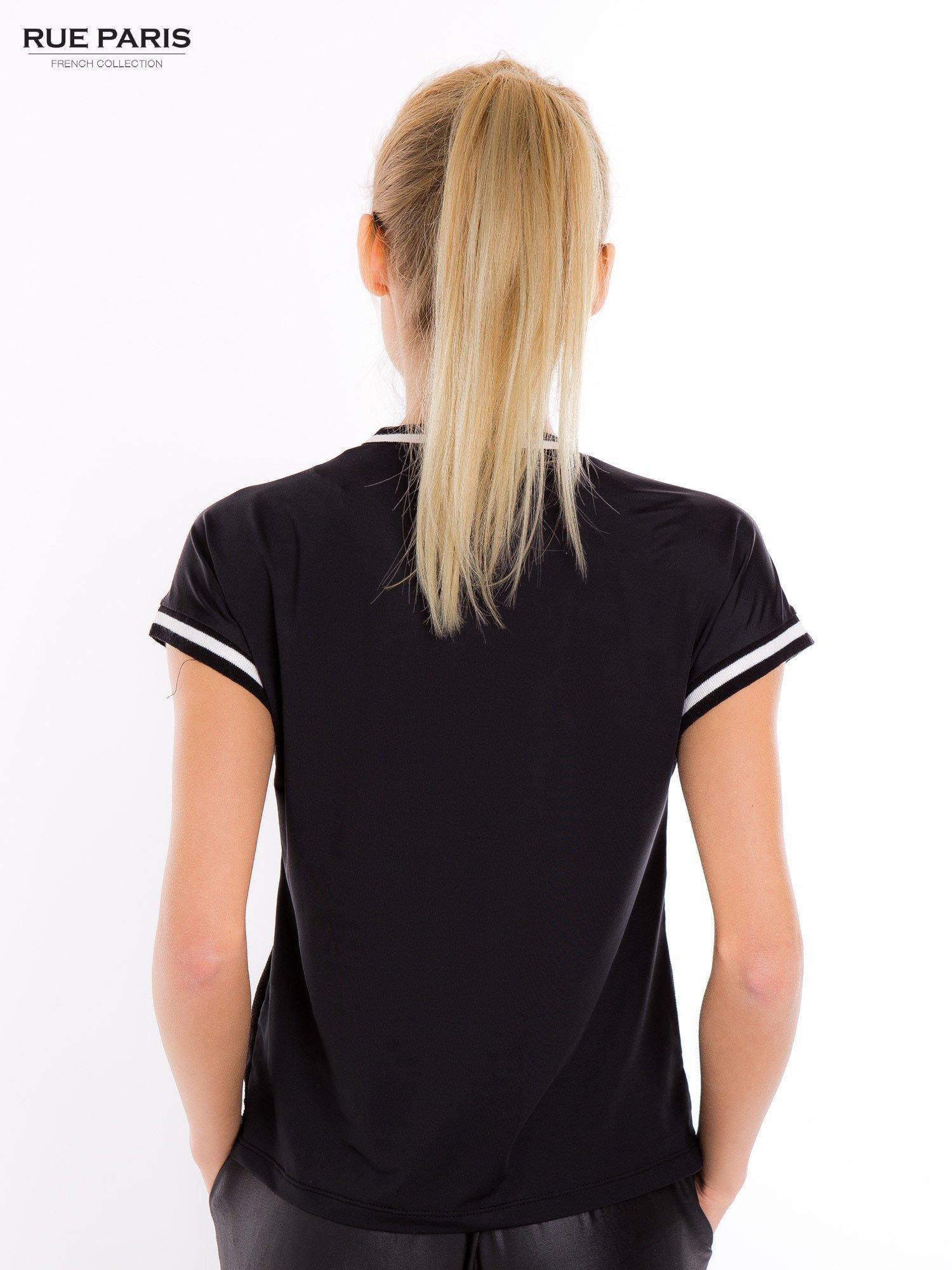 Czarny t-shirt w stylu tenis chic                                  zdj.                                  4