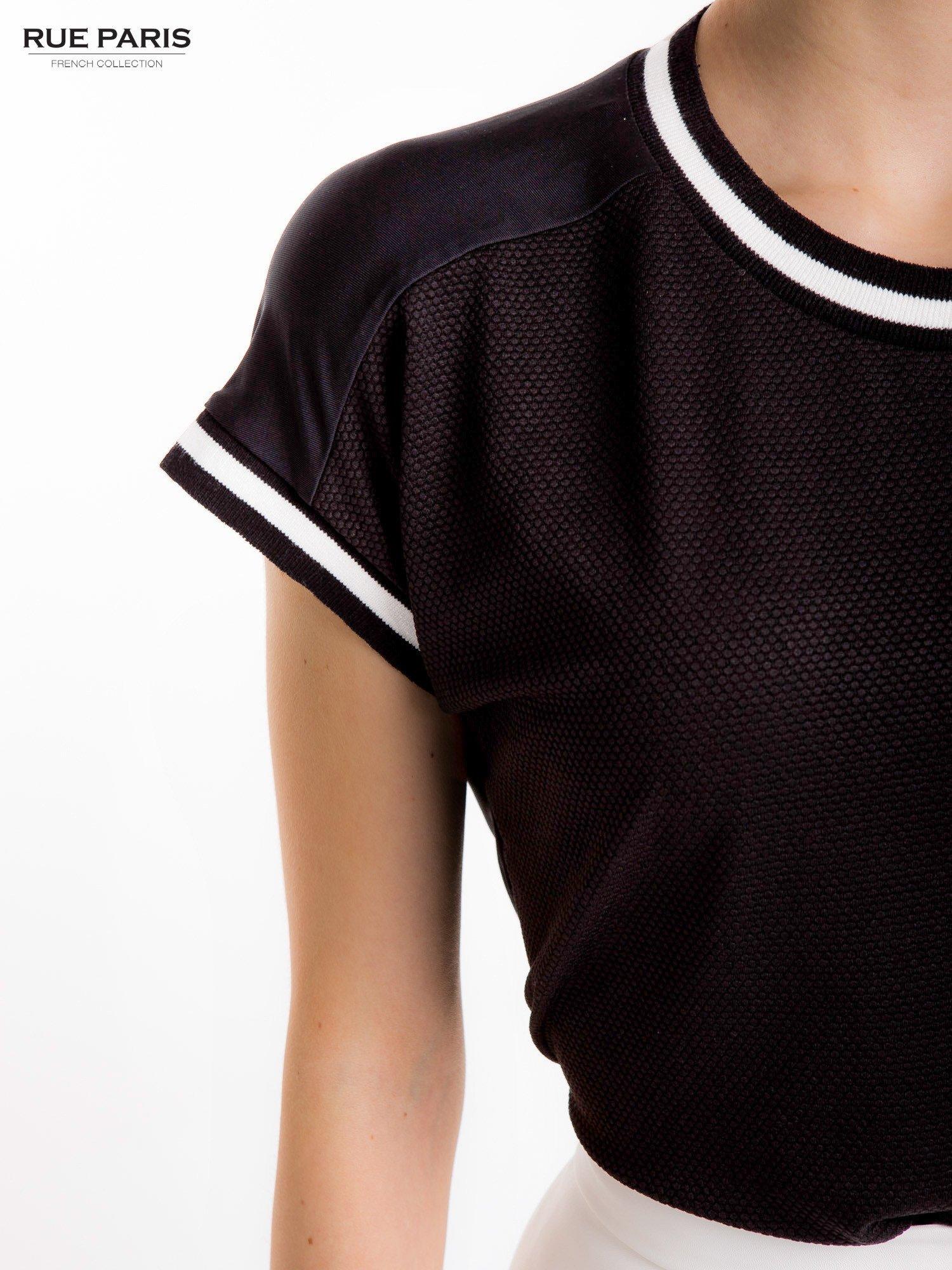 Czarny t-shirt w stylu tenis chic                                  zdj.                                  7