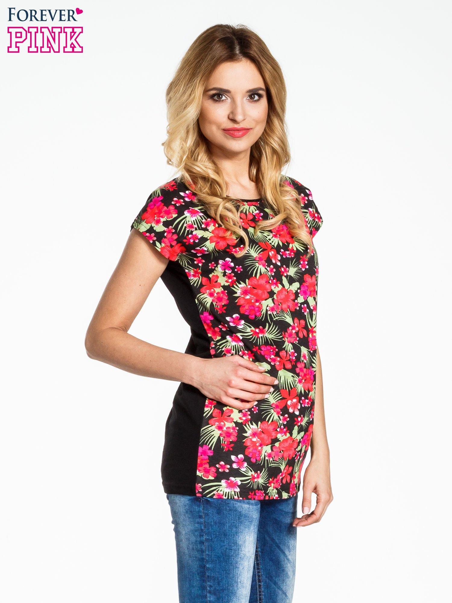Czarny t-shirt we wzór kwiatowy                                  zdj.                                  3