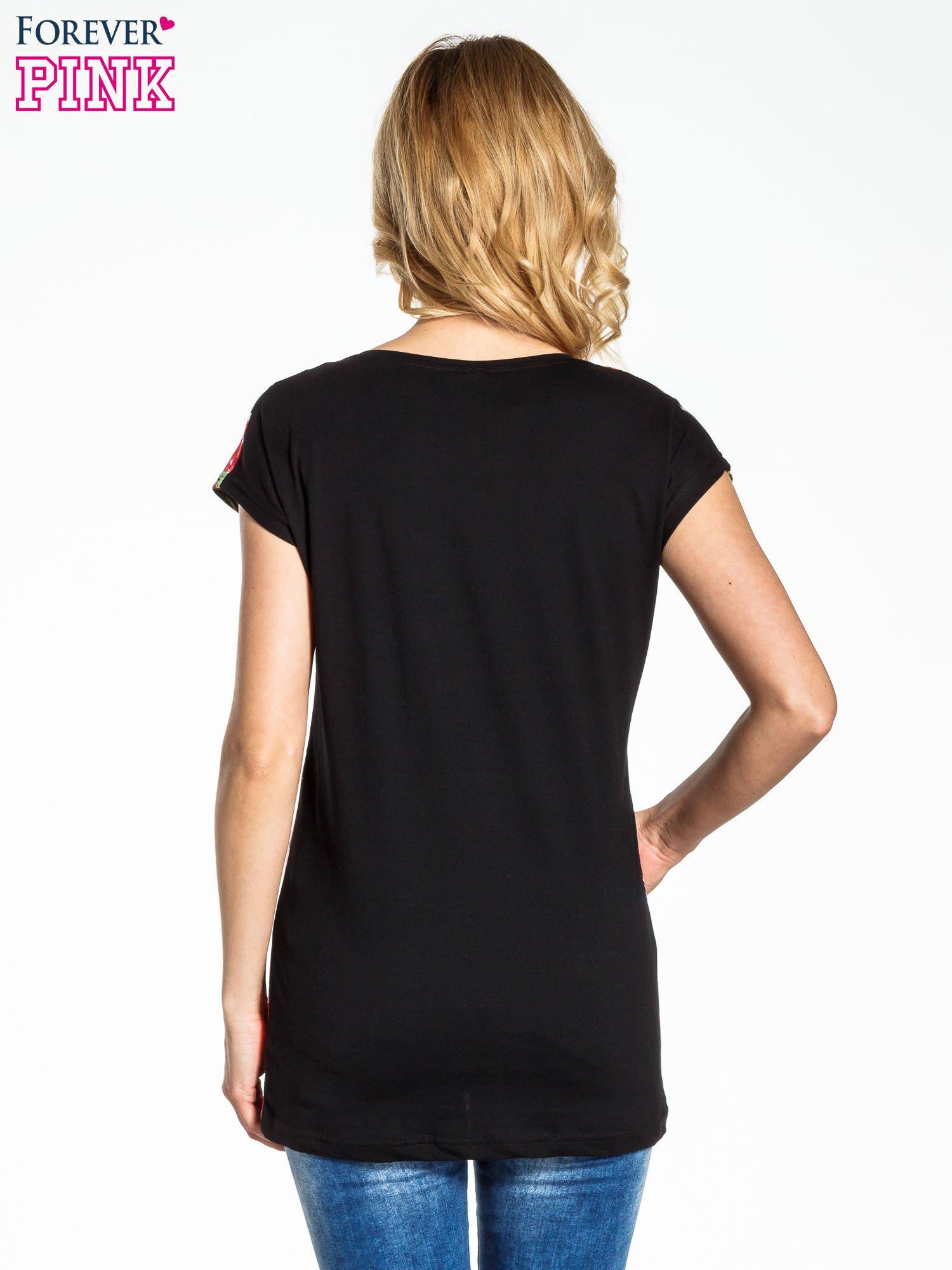 Czarny t-shirt we wzór kwiatowy                                  zdj.                                  4