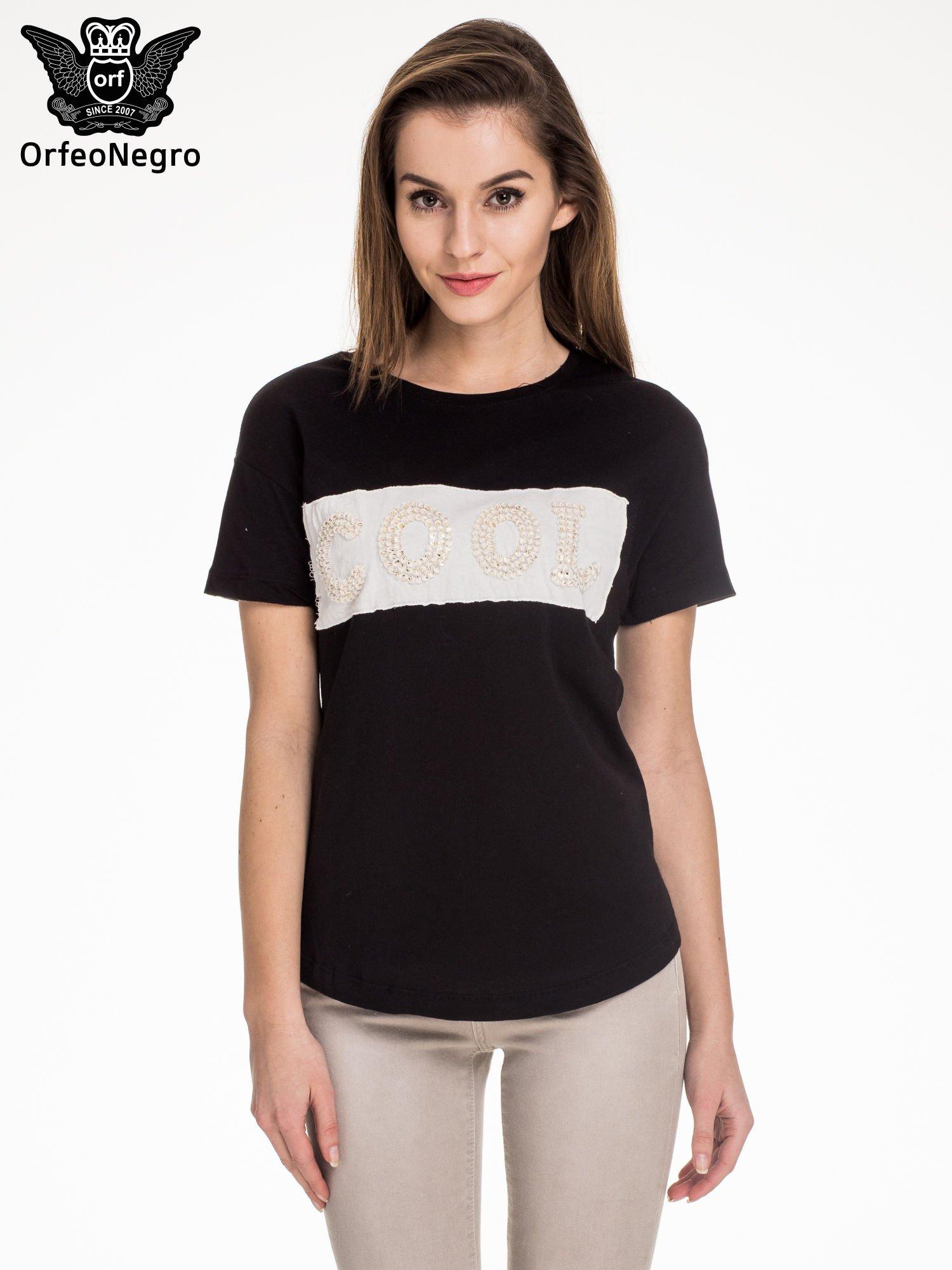 Czarny t-shirt z aplikacją COOL z cekinów                                  zdj.                                  1