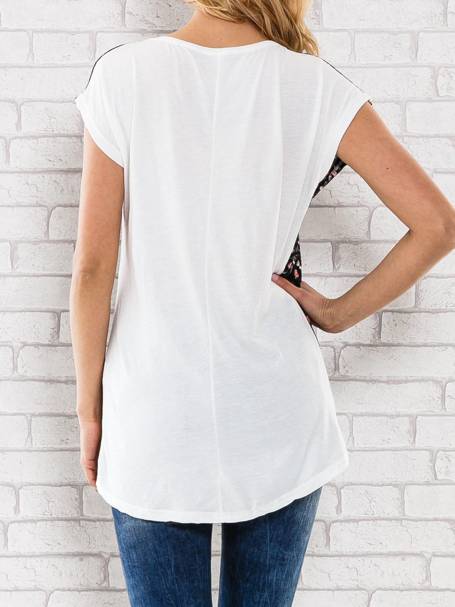 Czarny t-shirt z drobnym kwiatowym nadrukiem                                  zdj.                                  4