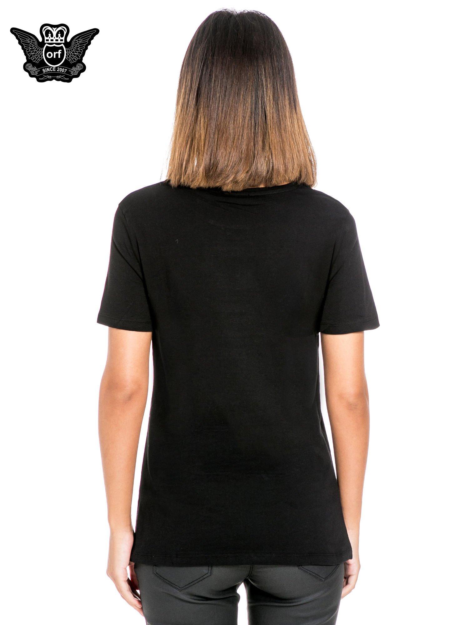 Czarny t-shirt z kieszonką z ozdobnymi kamieniami                                  zdj.                                  4