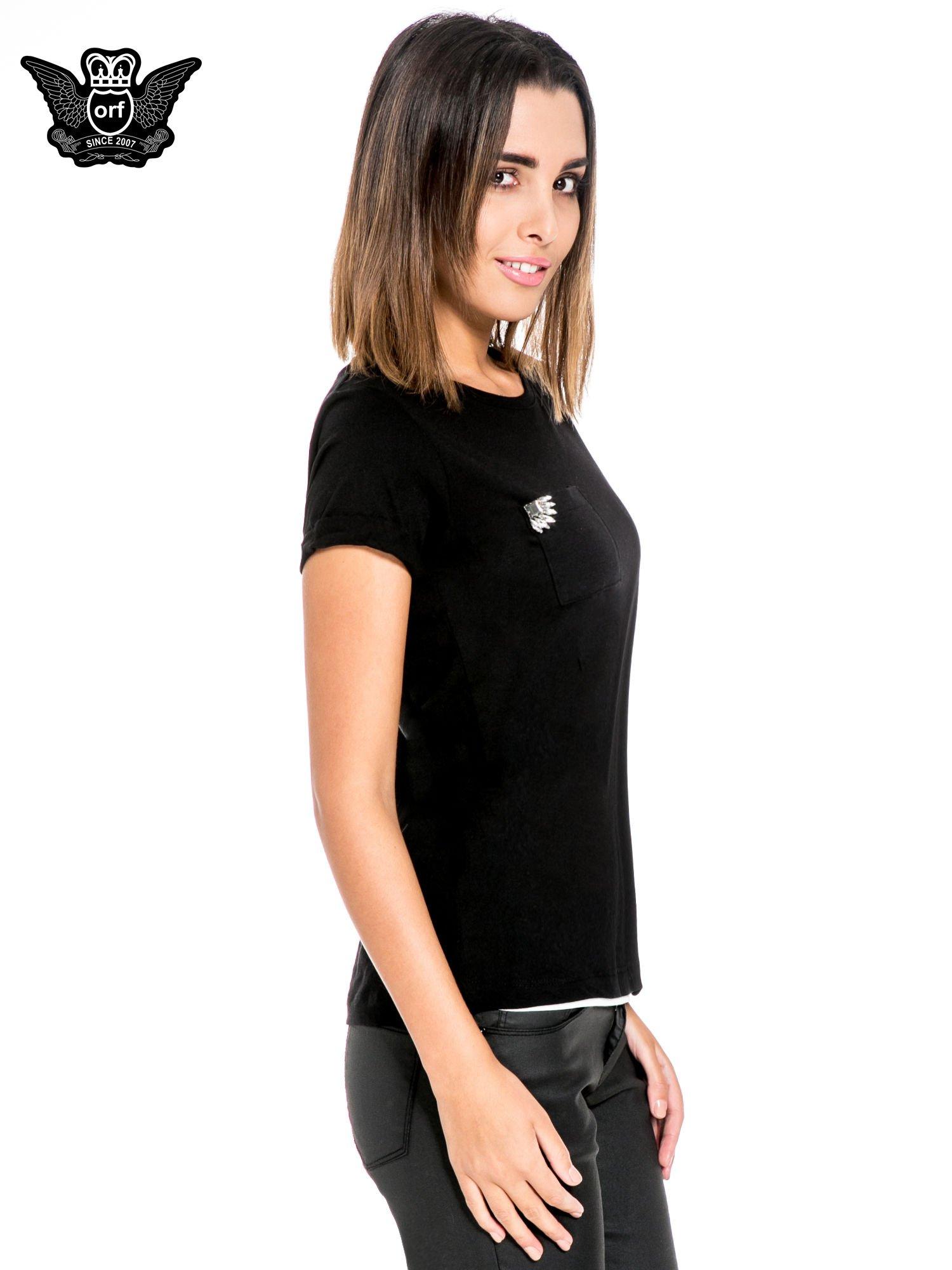 Czarny t-shirt z kieszonką z ozdobnymi kamieniami                                  zdj.                                  3