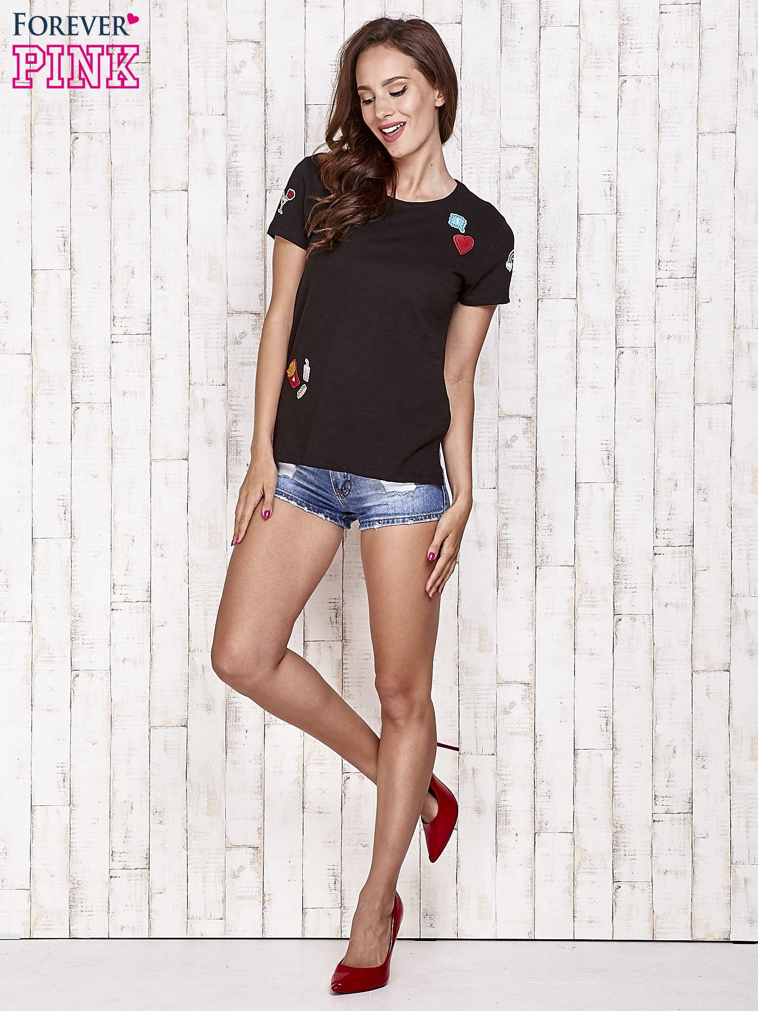 Czarny t-shirt z kolorowymi naszywkami                                  zdj.                                  2