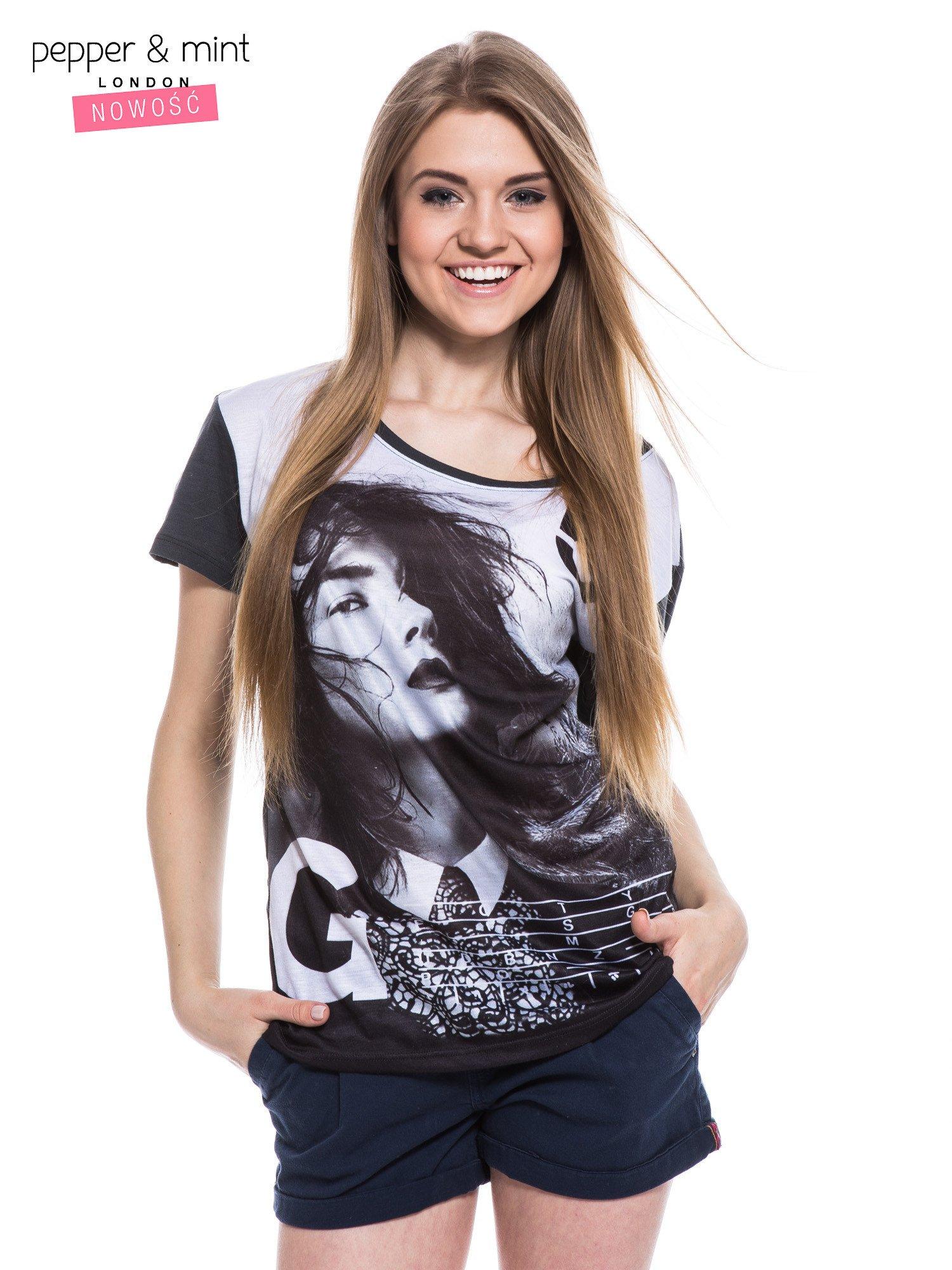 Czarny t-shirt z nadrukiem modelki                                  zdj.                                  1