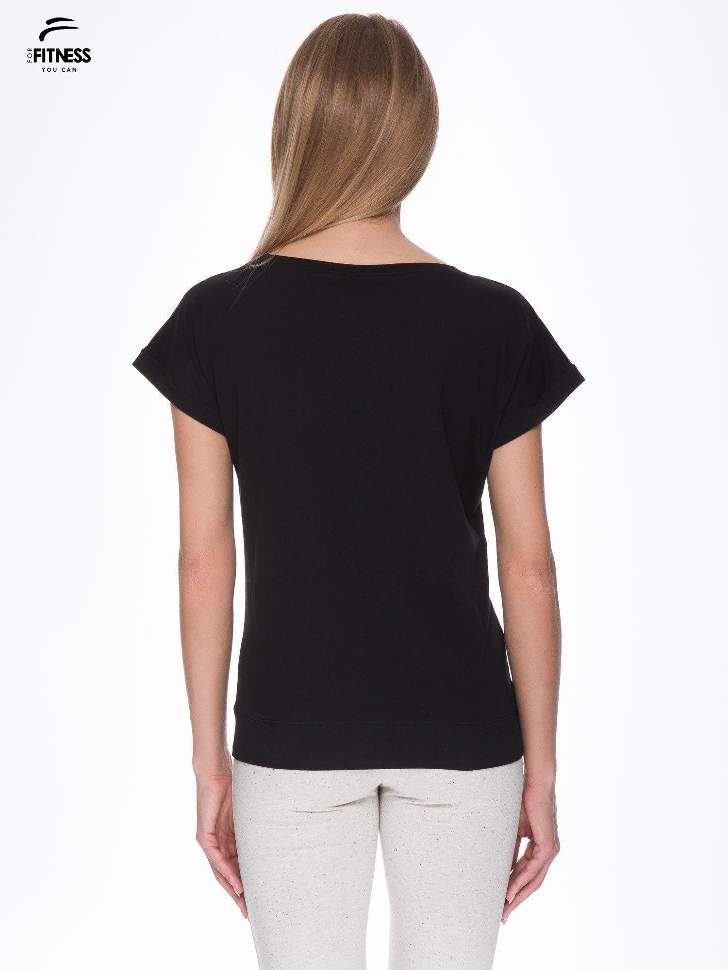 Czarny t-shirt z nadrukiem naszywek                                  zdj.                                  4