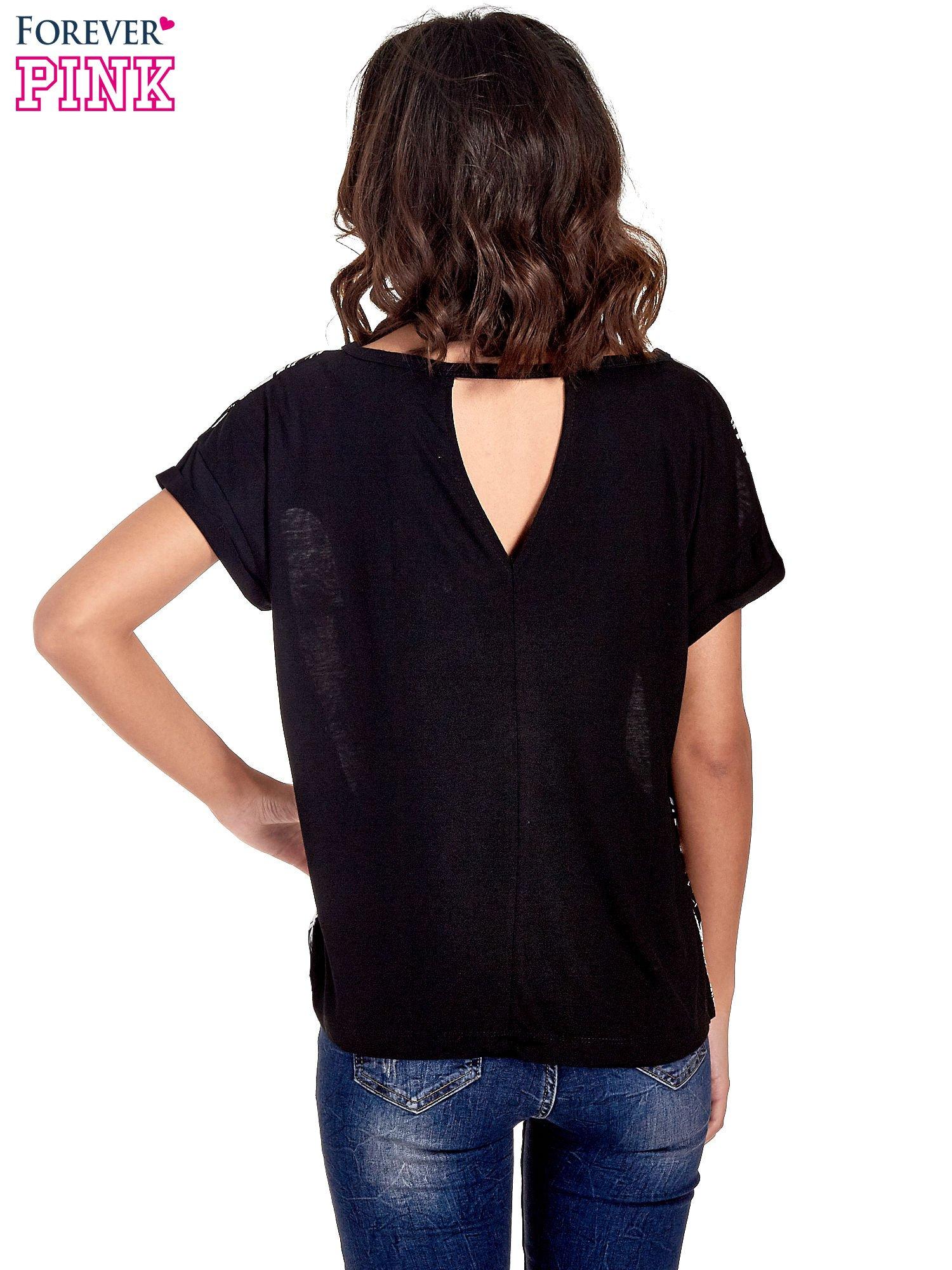 Czarny t-shirt z nadrukiem w palmy                                  zdj.                                  4