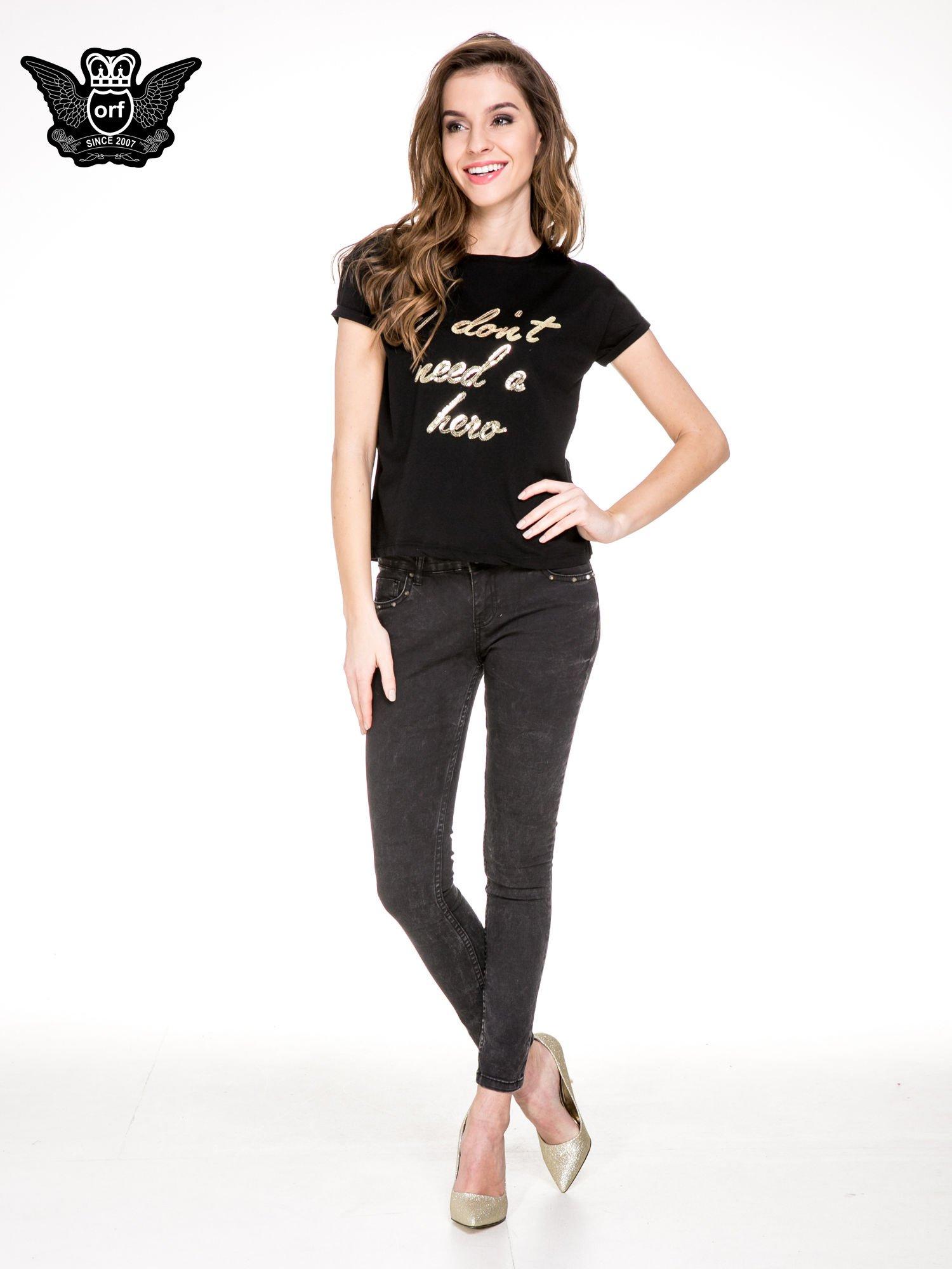 Czarny t-shirt z napisem I DON'T NEED A HERO z cekinów                                  zdj.                                  2