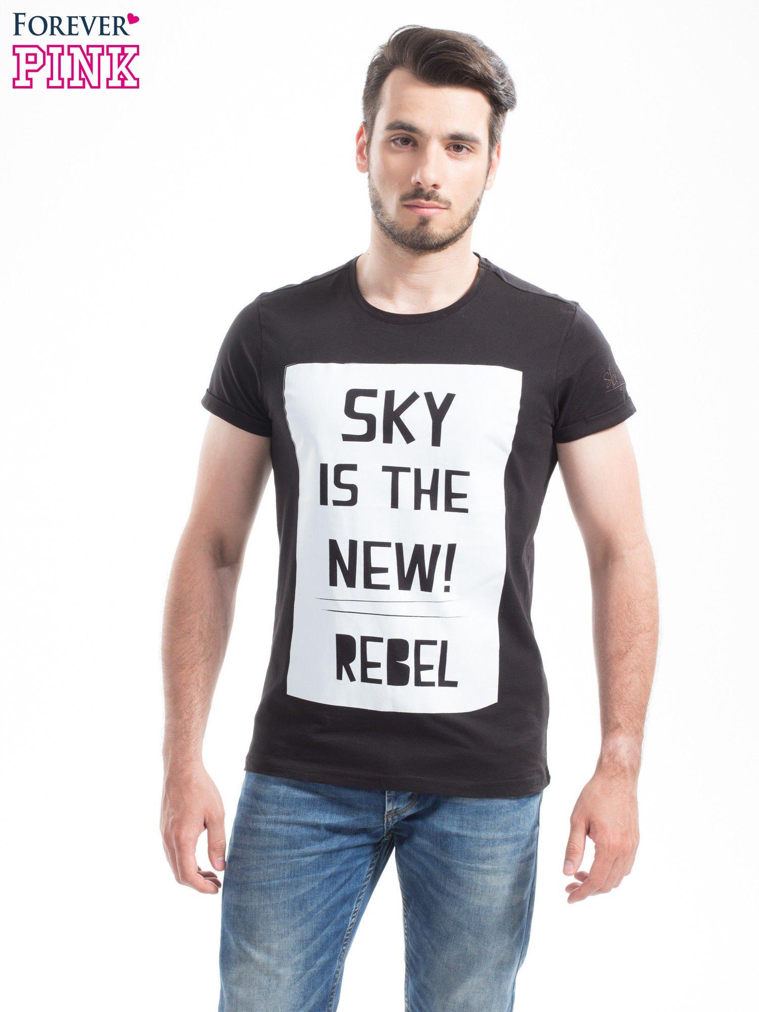 Czarny t-shirt z napisem SKY IS THE NEW REBEL                                  zdj.                                  1