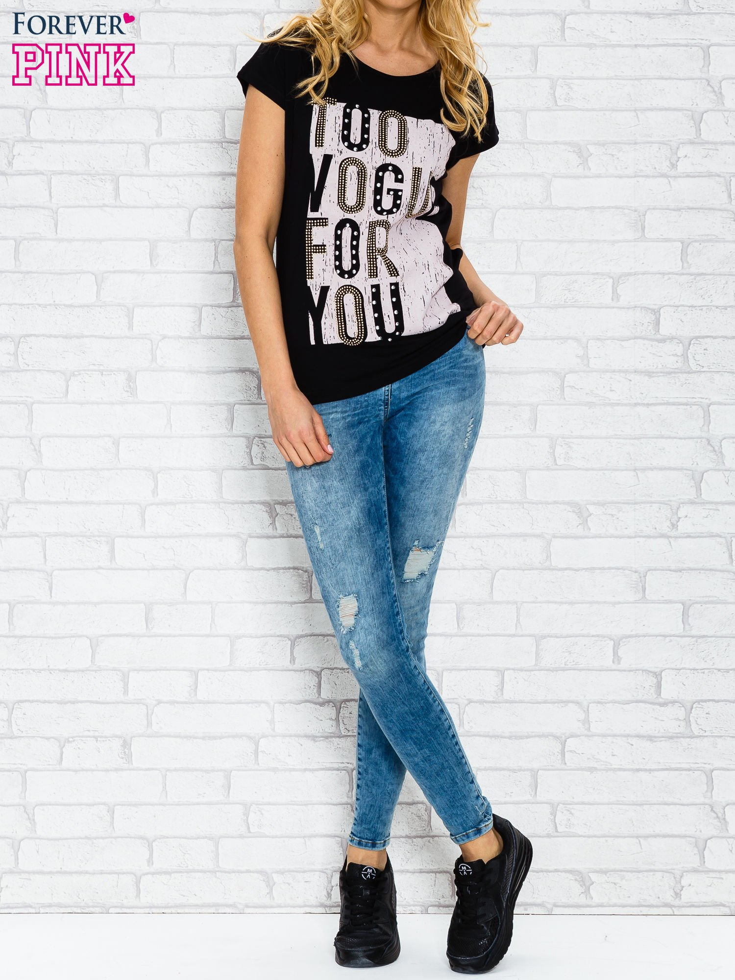 Czarny t-shirt z napisem TOO VOGUE FOR YOU z dżetami                                  zdj.                                  3
