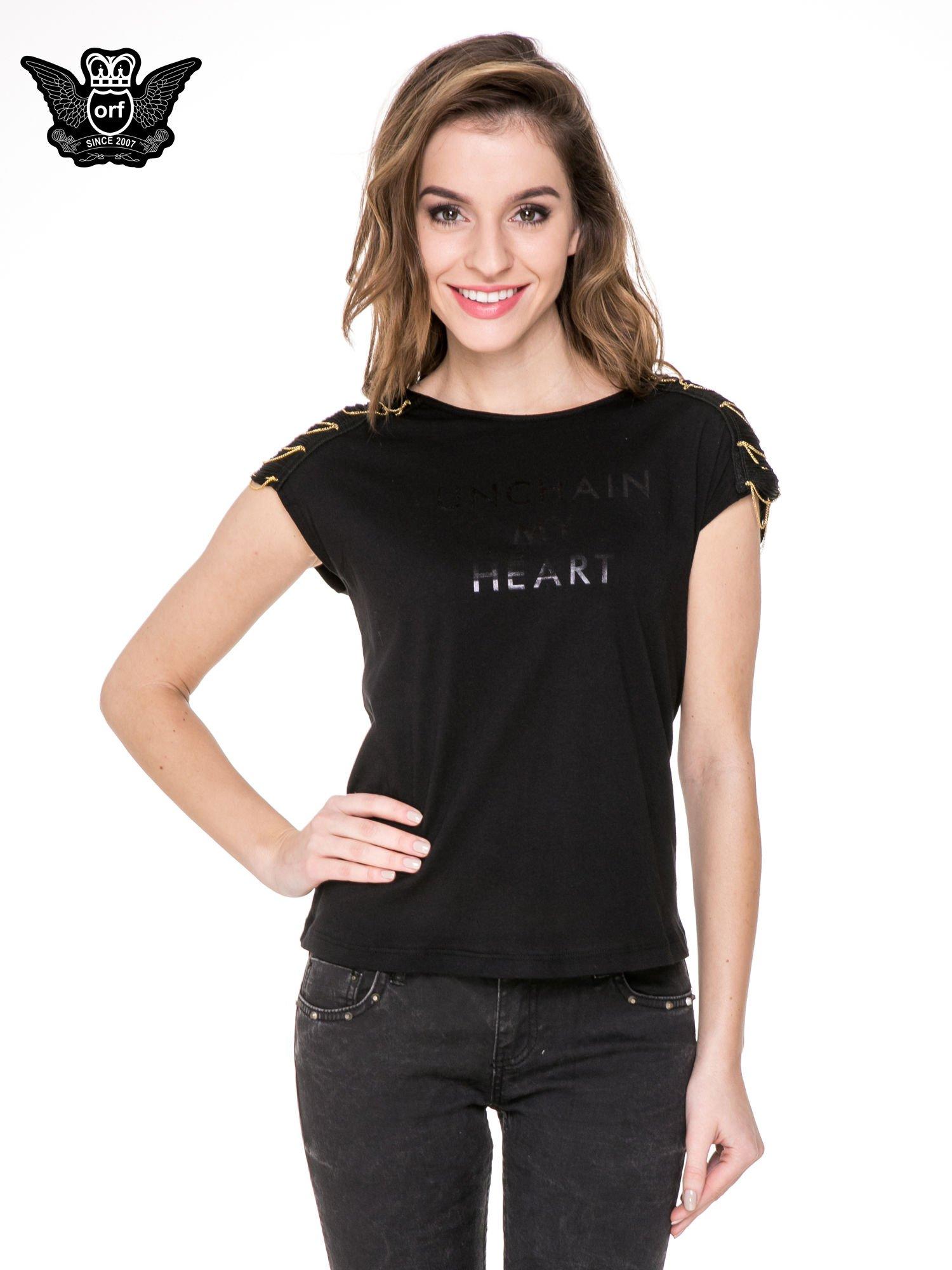 Czarny t-shirt z napisem UNCHAIN MY HEART i łańcuszkami                                  zdj.                                  1