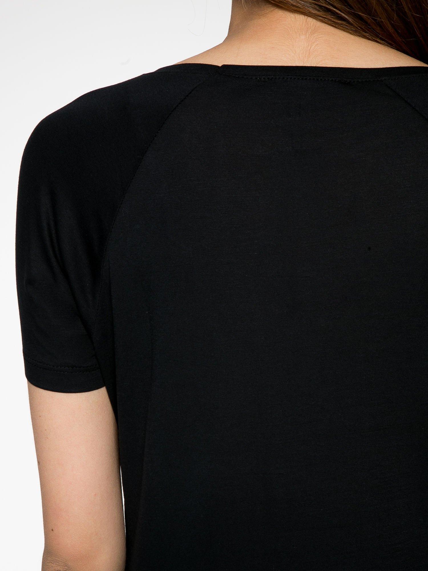 Czarny t-shirt z napisem WONDER WHAT?                                  zdj.                                  8