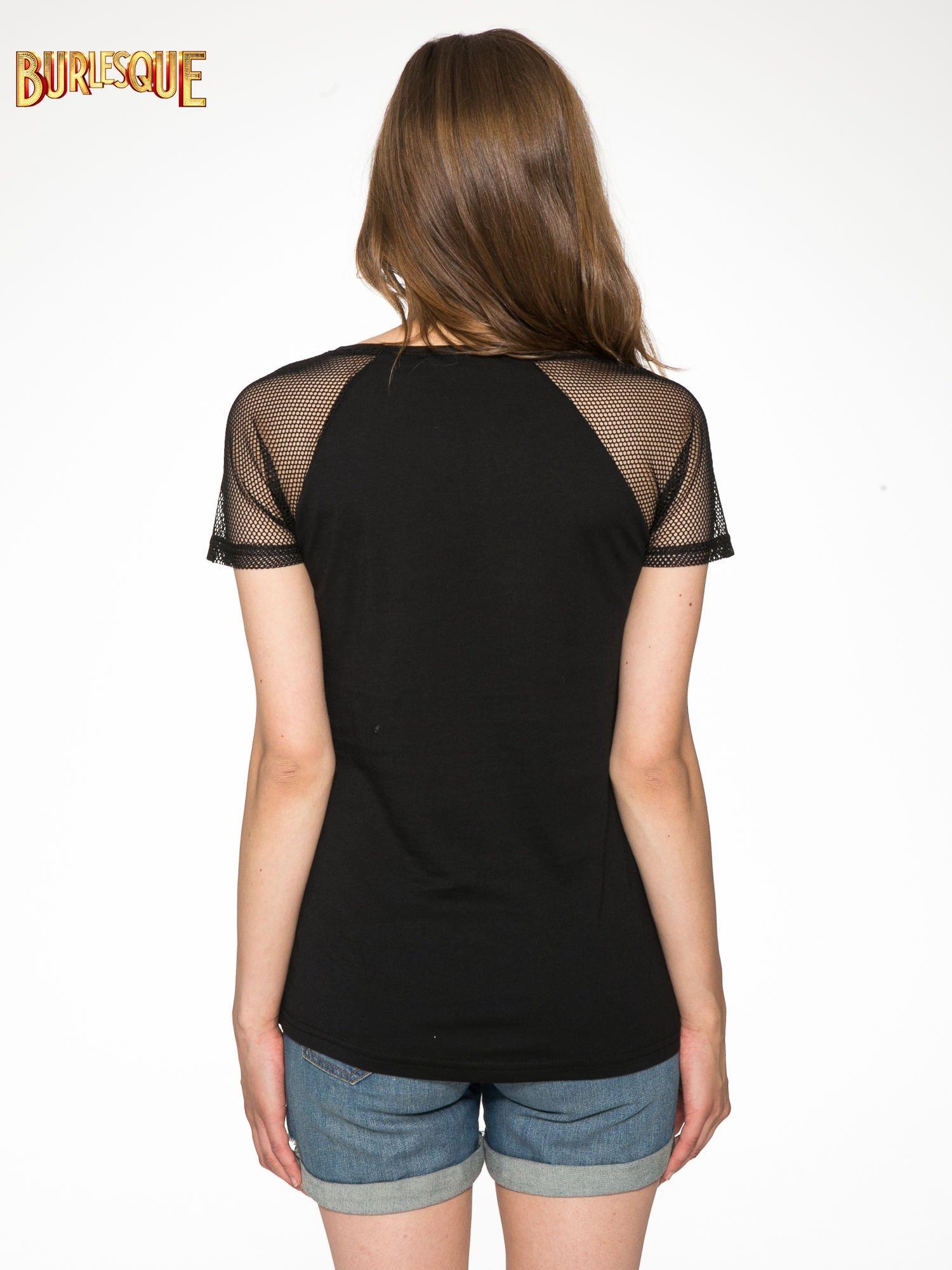 Czarny t-shirt z napisem i siateczkowymi rękawami                                  zdj.                                  4
